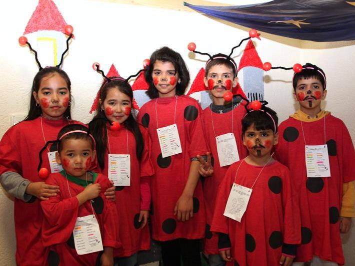 Fröhliche Flüchtlingskinder, welche bis dato die Volksschule Nofels besuchen, beim letzten Nofler Kinderfasching als Marienkäfer.