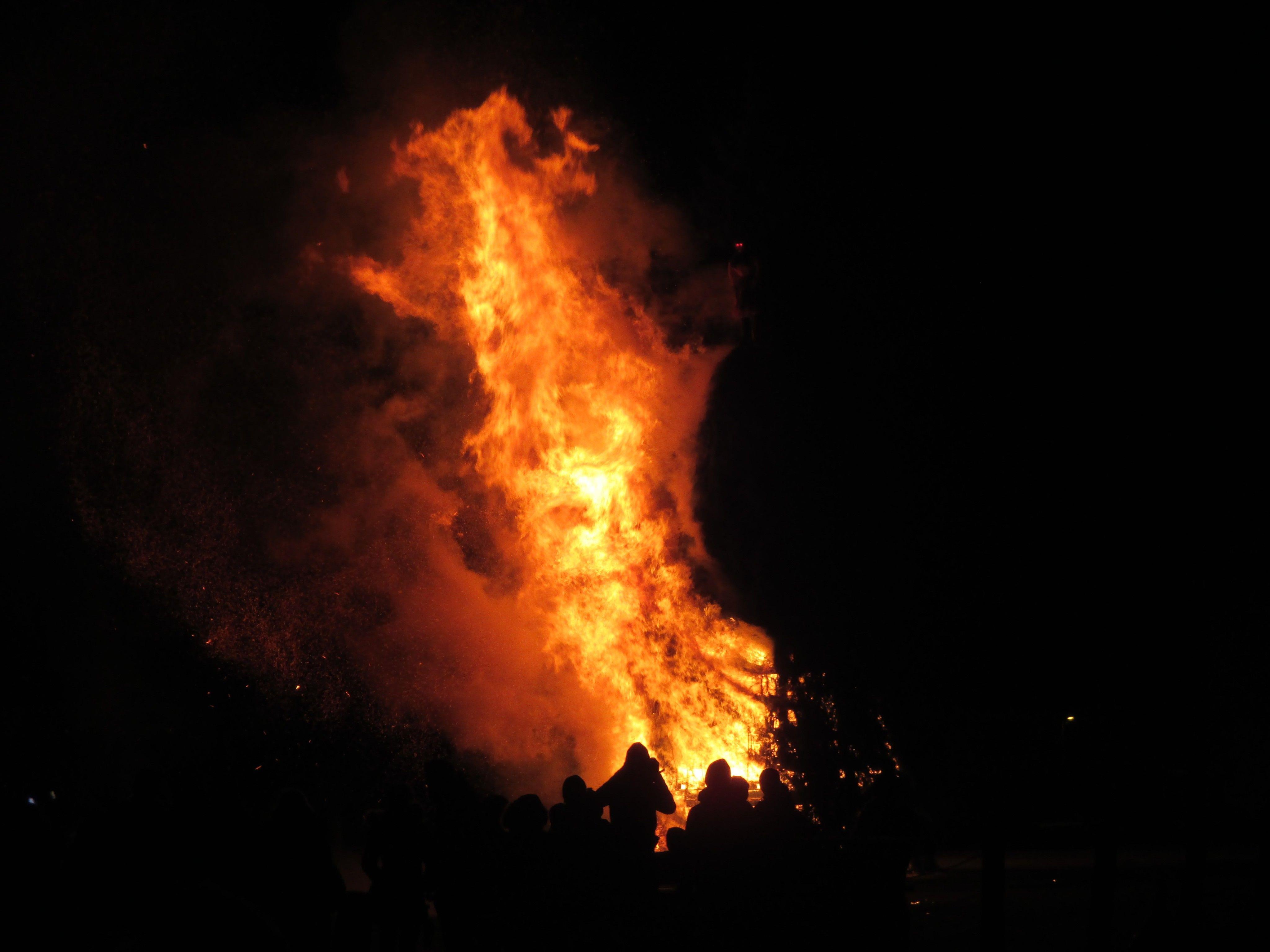 """Der """"Windgott"""" meinte es gut und bescherte allen ein schönes Funkenfeuer"""