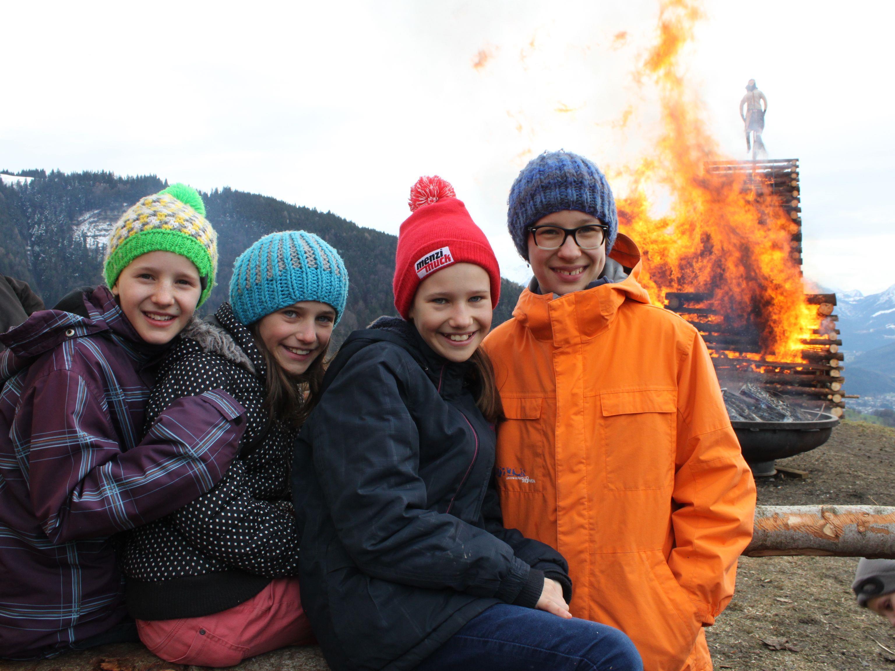 Theresa, Klaudia, Anna-Lena und Katharina sowie viele weitere Besucher freuten sich über die Funkentradition in Fraxern.
