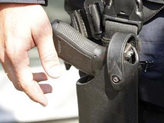 Aus Notwehr hat ein Polizist in Bürs auf einen betrunkenen Autofahrer geschossen.