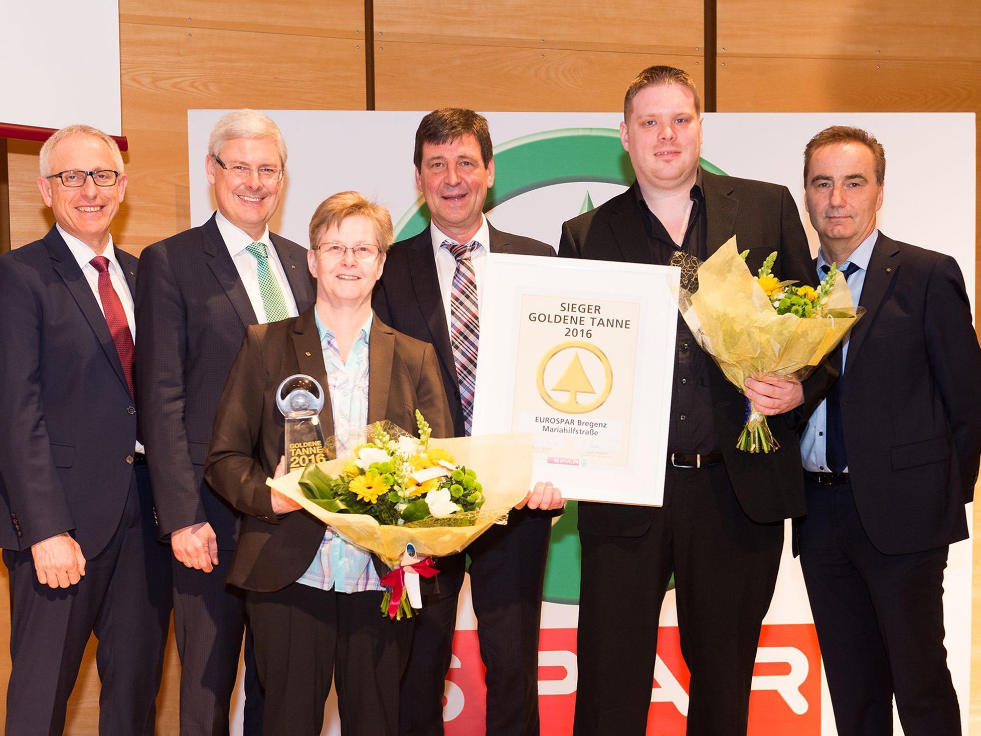 """Marktleiterin Sigrid Vögel und ihr Stellvertreter Christian Behrend freuen sich über die höchste SPAR-interne Auszeichnung, die """"Goldene Tanne 2016""""."""