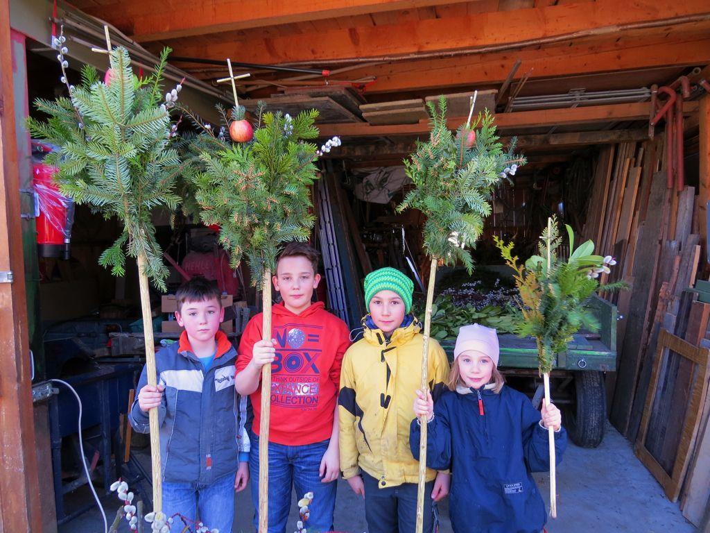 Kinder sind zusammen mit ihren Eltern zum gemeinsamen Palmbuschbinden und Ratschen bauen eingeladen.