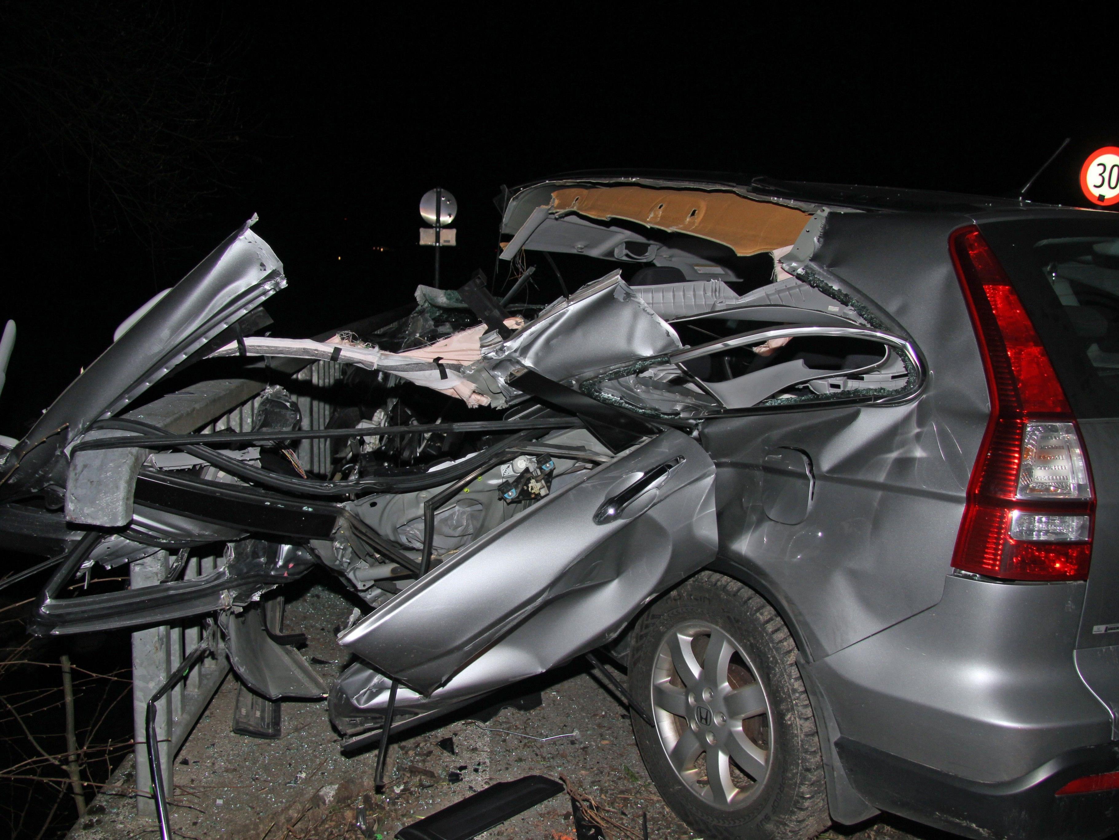 Auto wurde schwer beschädigt.
