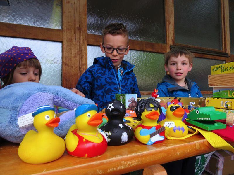 Viele Volksschulkinder freuen sich bereits beim 2. Kinder-Flohmarkt selber ihre alten Spielsachen verkaufen zu dürfen.