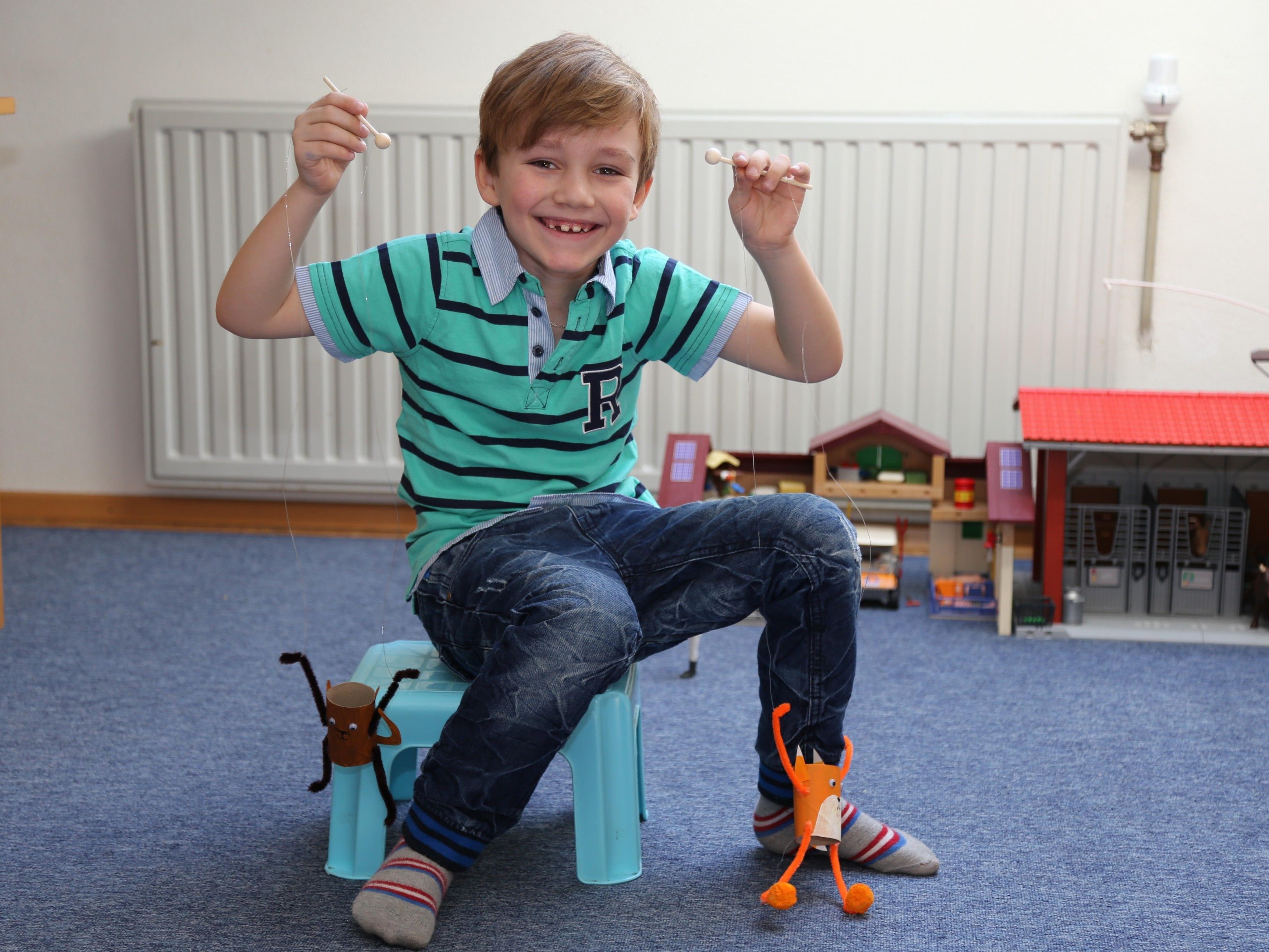 Das macht Spaß: Max lässt die selbst gemachten Puppen tanzen.