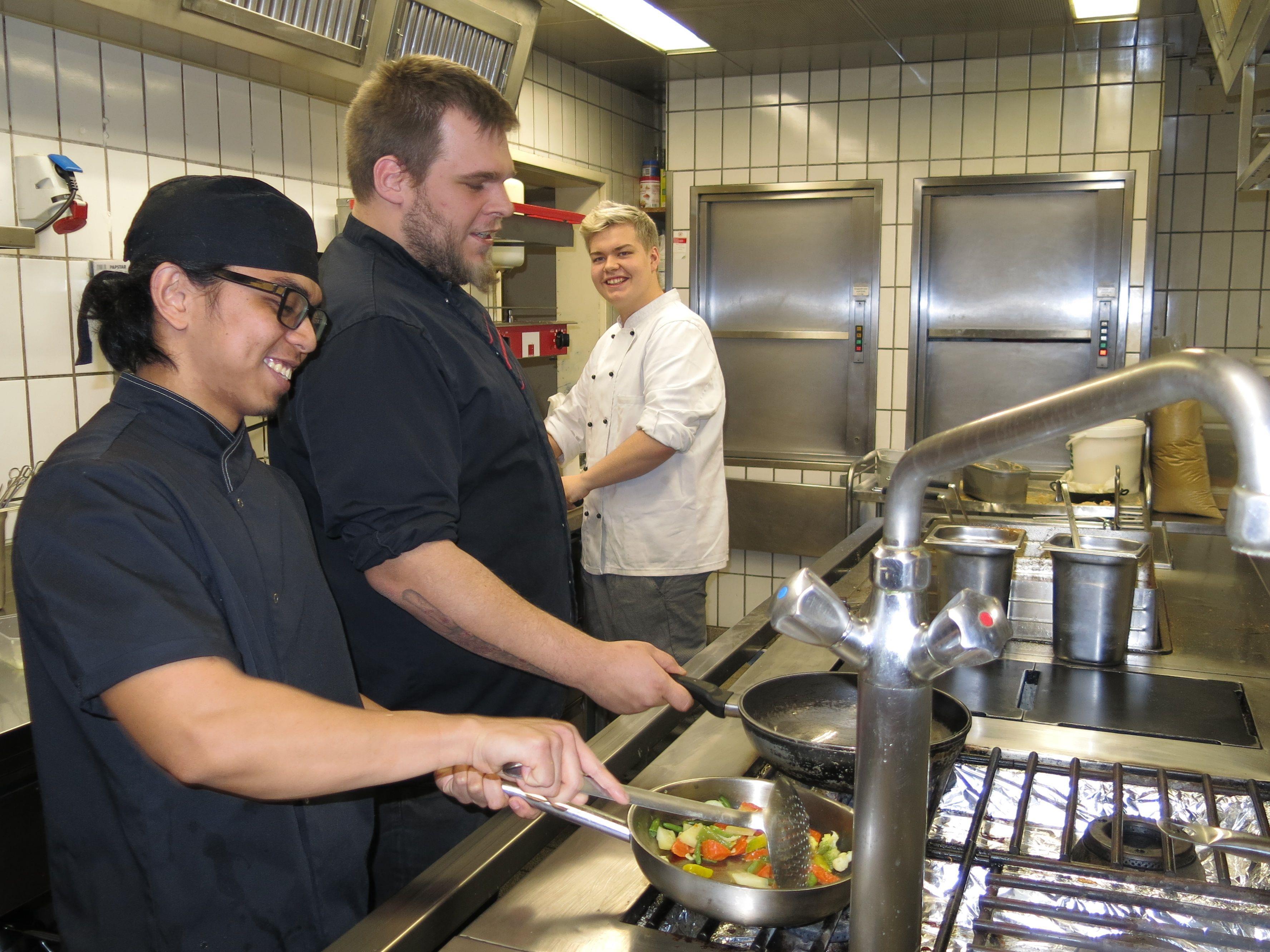 Küchenchef Sascha weiht seine Lehrlinge Jeffrey und Clemens in die Geheimnisse der Kochkunst ein.