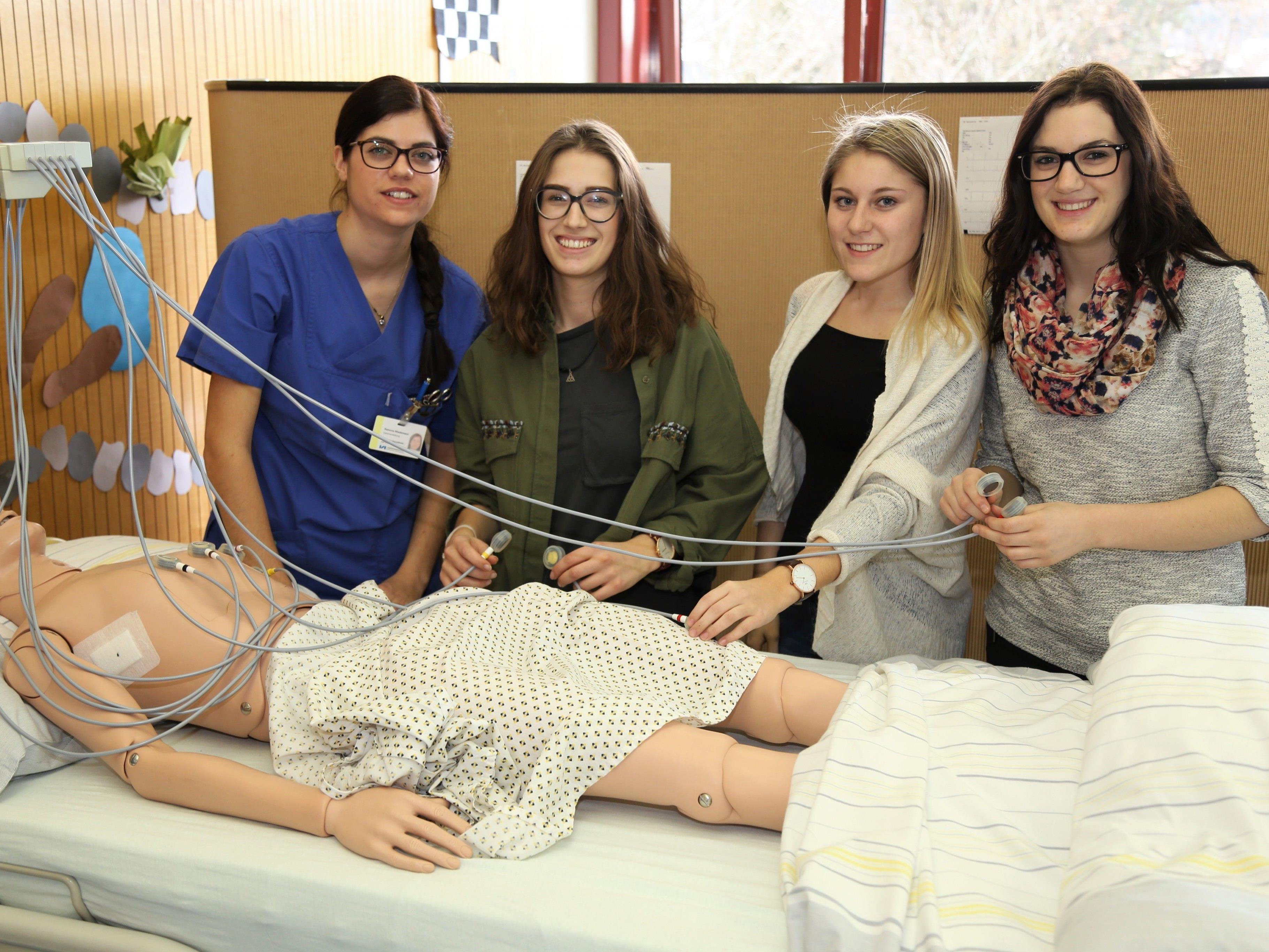 Schülerin Ramona (l.) erklärte Nisrin, Sandra und Jasmin das EKG-Gerät.
