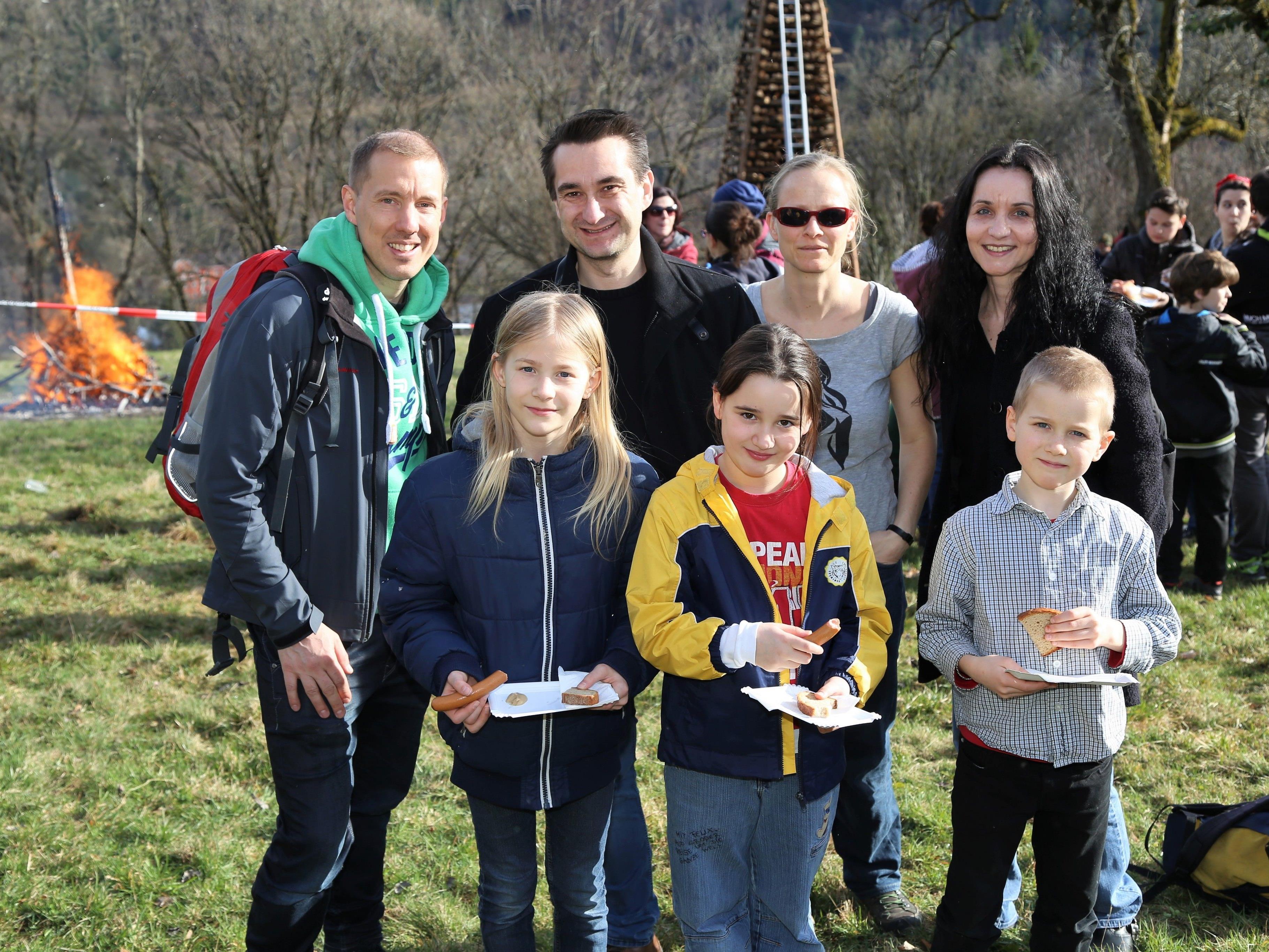 Stefan, Ronald, Claudia und Vicki mit den fleißigen Holzsammlern Ariane, Nina und Peter (v. l.).