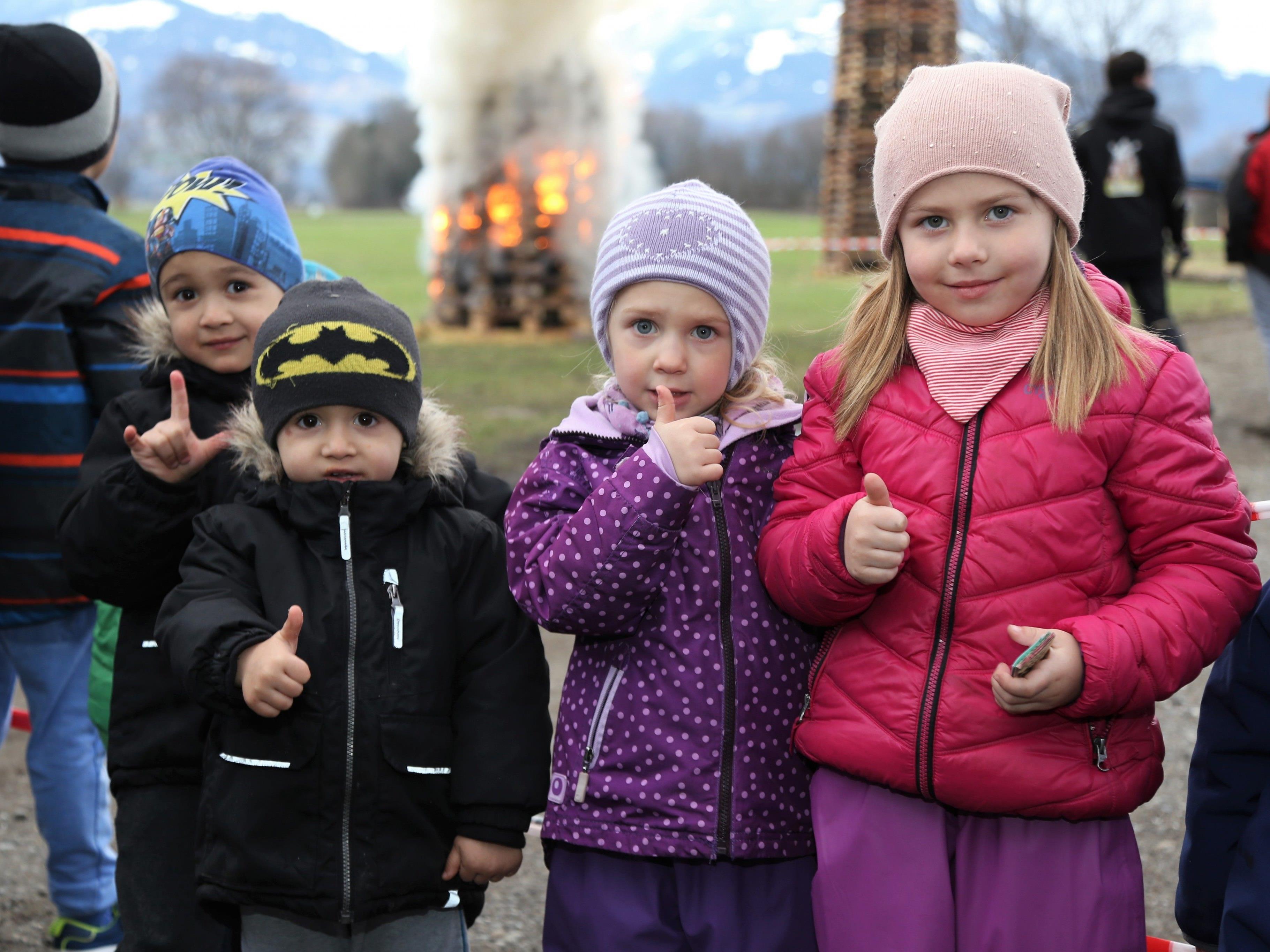 Denis, Emir, Mia und Lena genossen das Funkentreiben am Meininger Bauhof.