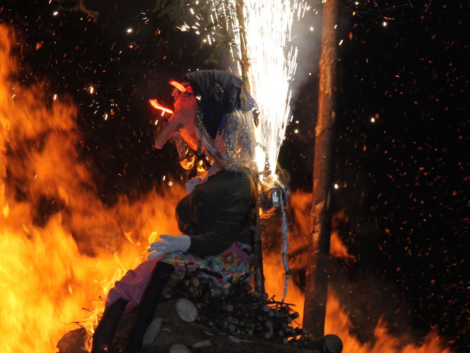 Mit Blitz und Donner geriet die Hexe vom Kindergarten Hofen in Brand.