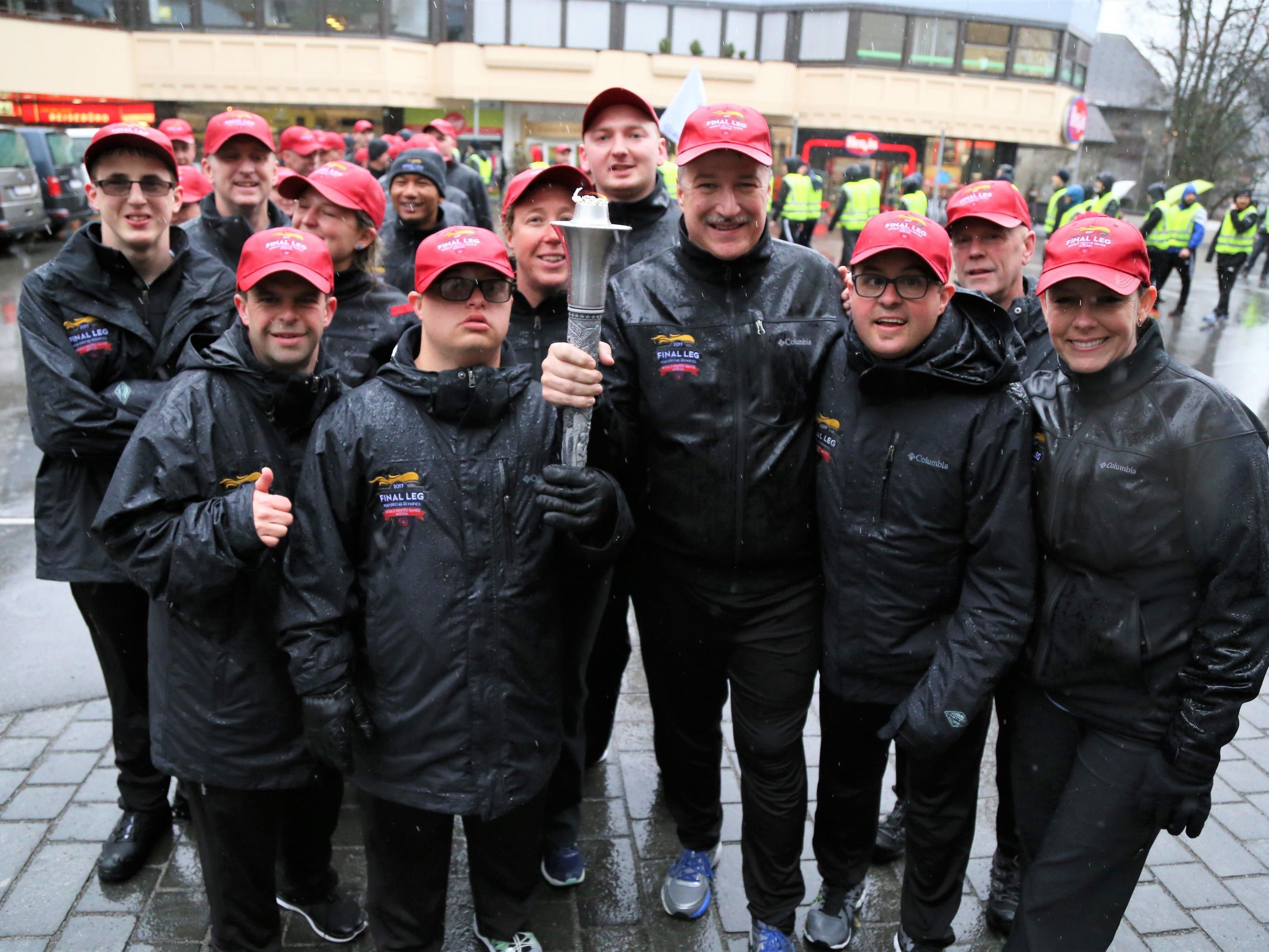 Die Flamme der Hoffnung ging auf die Reise: Fackellauf für die Special Olympics World Winter Games durch Feldkirch.
