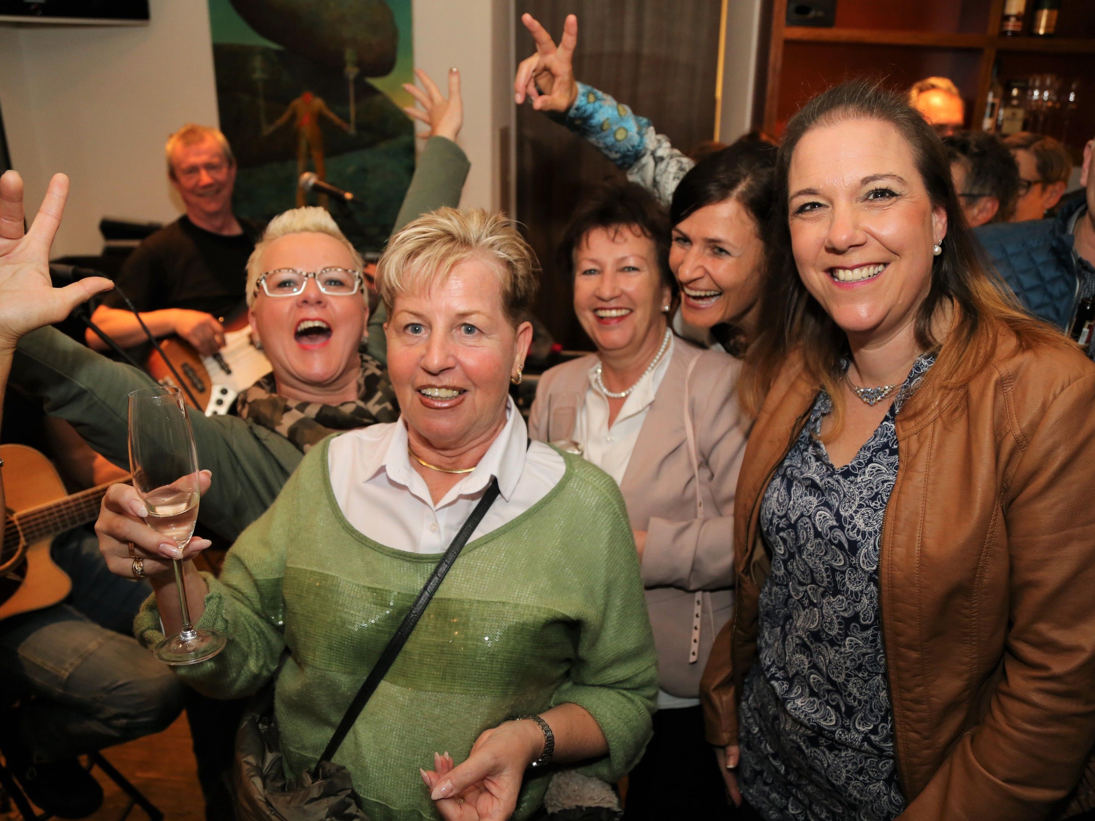 Mona, Amrei, Lore, Angelika und Alexandra feierten im Il Gusto zur Musik von George und Michael.