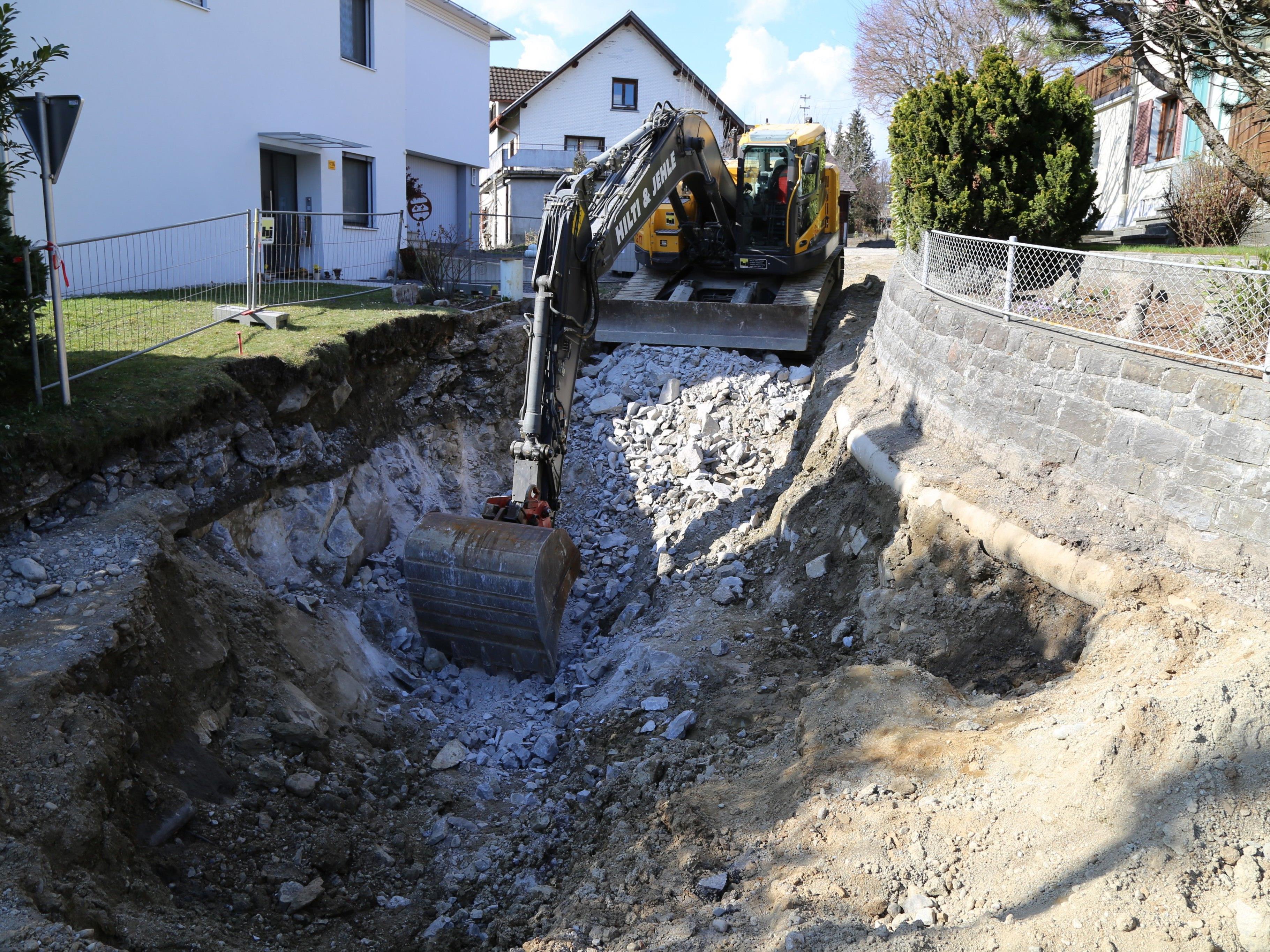 Die Kanalarbeiten in Göfis schreiten zügig voran – aktuell ist die Klosagass betroffen.