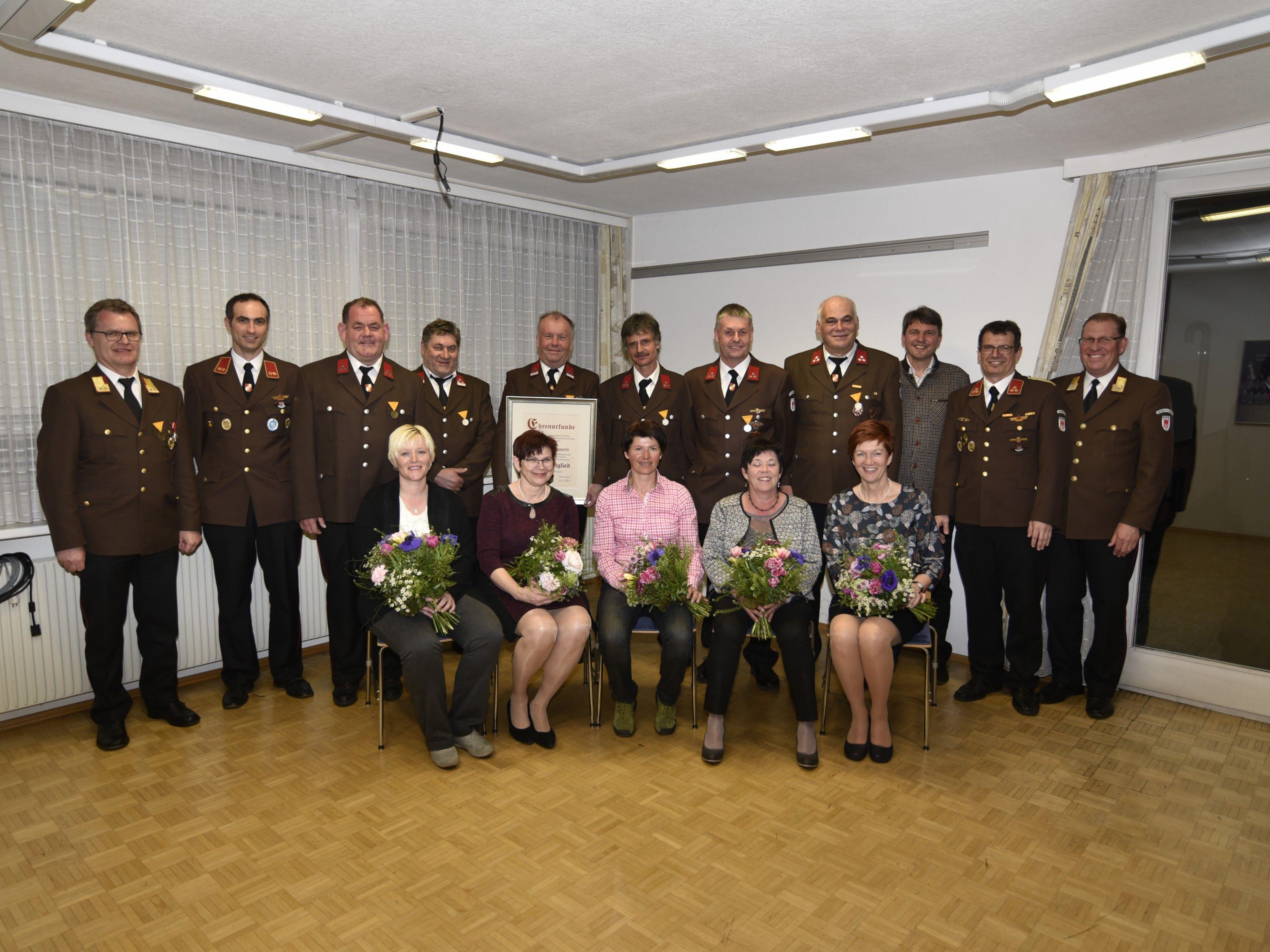Mehrere Mitglieder wurden für ihren langjährigen Einsatz für die Feuerwehr geehrt.