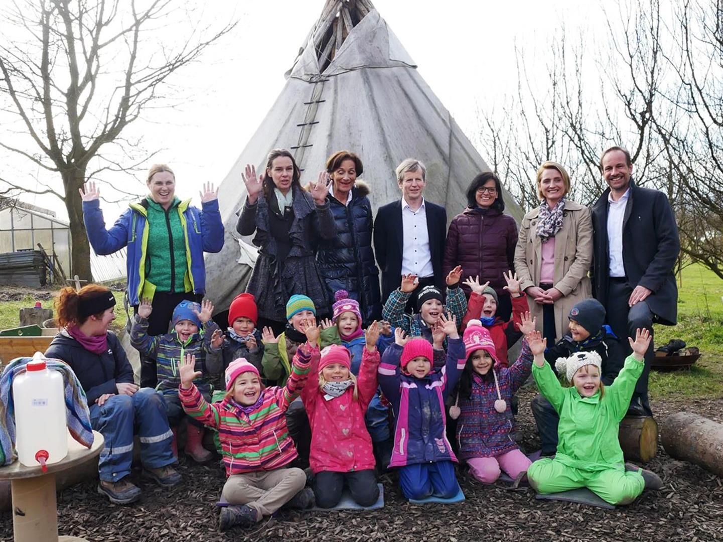 Ministerin Sophie Karmasin (hinten 2.v.l.) zu Besuch im Hofkindergarten beim BSBZ.