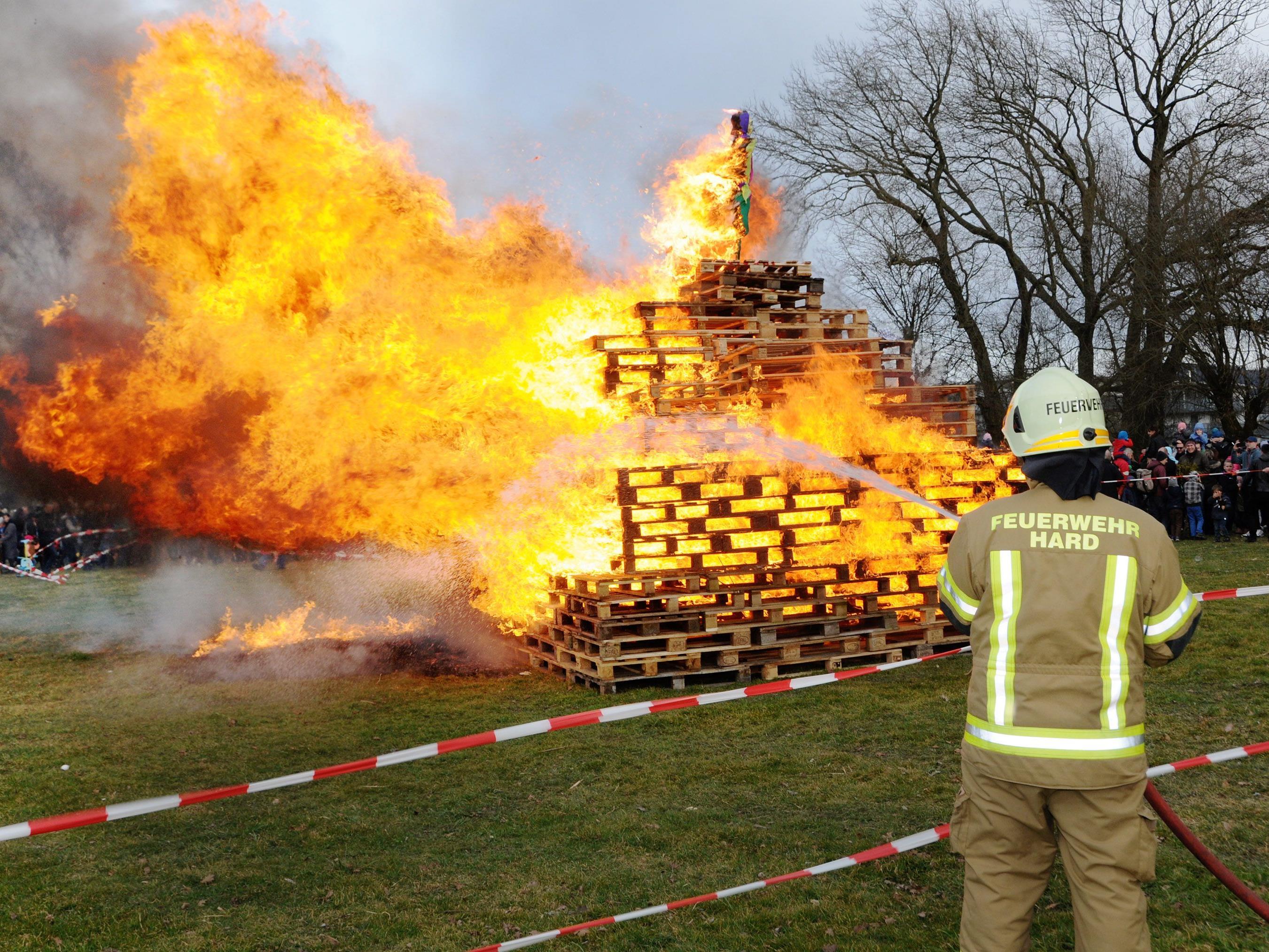 Weil der Föhnsturm tobte, mussten die Flammenstöße von der Feuerwehr etwas eingedämmt werden.