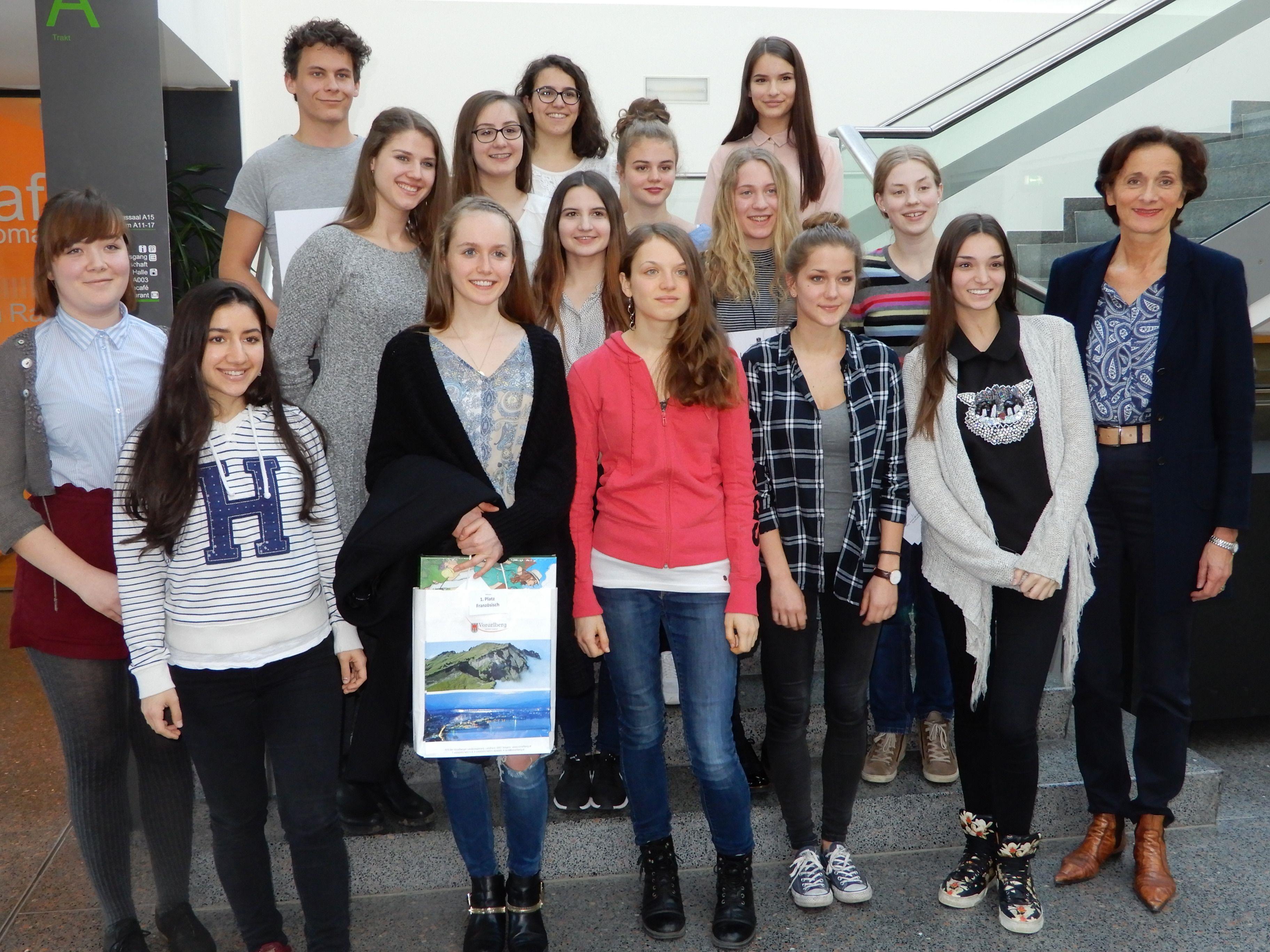 Schullandesrätin Bernadette Mennel gratulierte den stolzen Siegern des Fremdsprachenwettbewerbes.