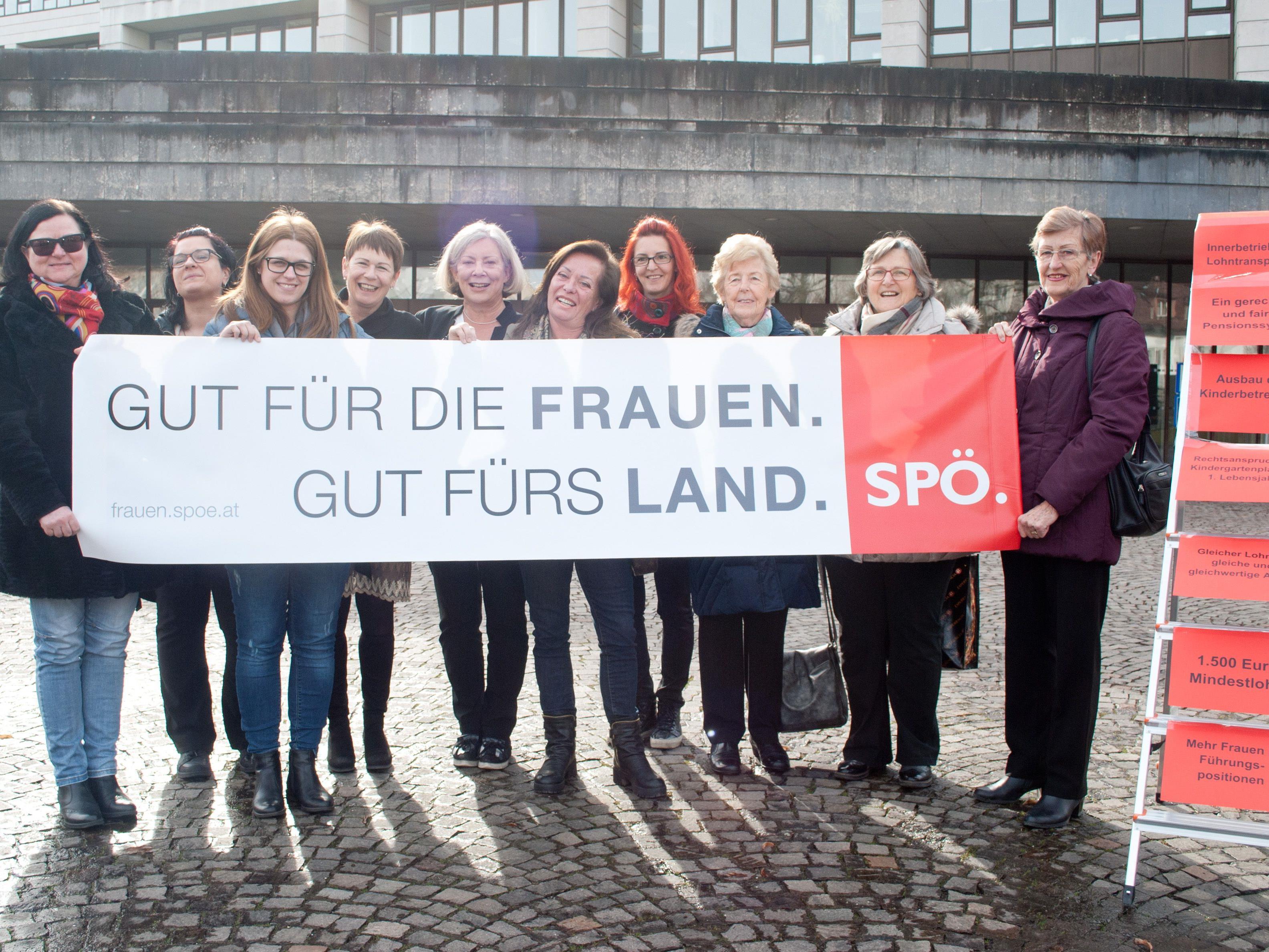 Die Frauen der Vorarlberger SPÖ machten vor dem Landtagsgebäude auf ihre Forderungen zum Weltfrauentag aufmerksam.