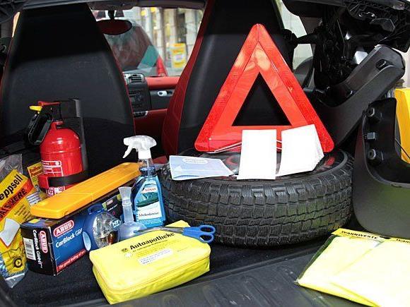 Der ÖAMTC informiert über Mitführpflichten im Auto in europäischen Ländern.