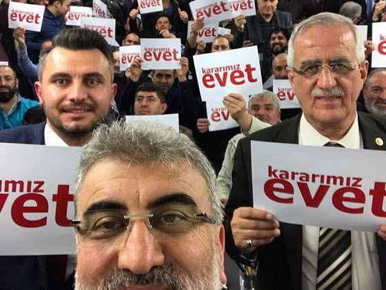 AKP-Abgeordneter Muhammet Müfit Aydın (r.) vor Anhängern in Bregenz.