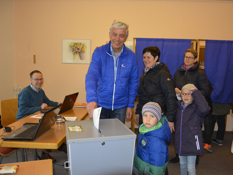 Wahlsonntag im Hatlerdorf – Stimmabgabe und gute Stimmung im Pfarrheim.