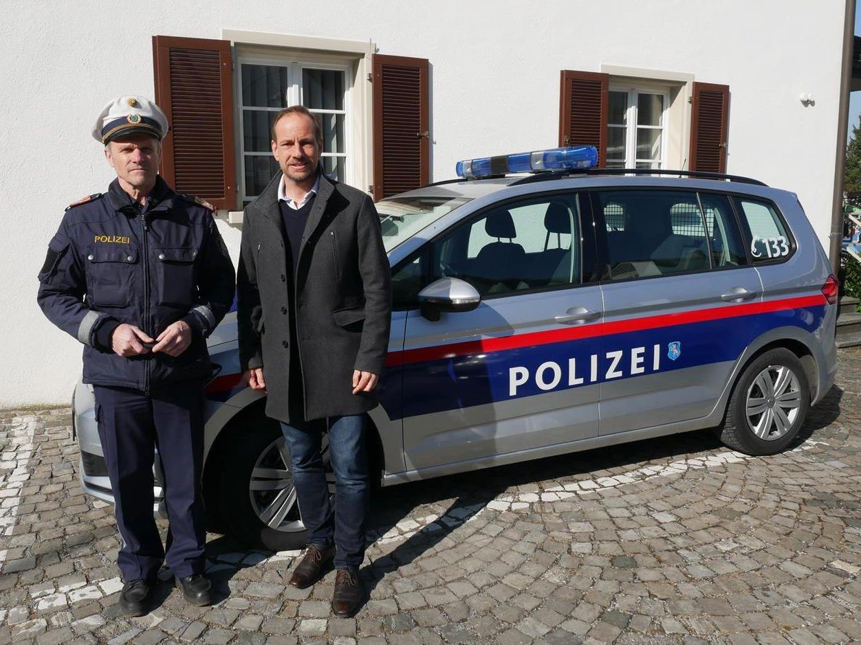 Stadtpolizeikommandant Josef Heuberger und Bürgermeister Dieter Egger vor dem neuen Dienstfahrzeug.