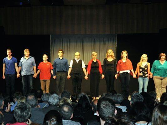 Das Ensemble freut sich über den Applaus