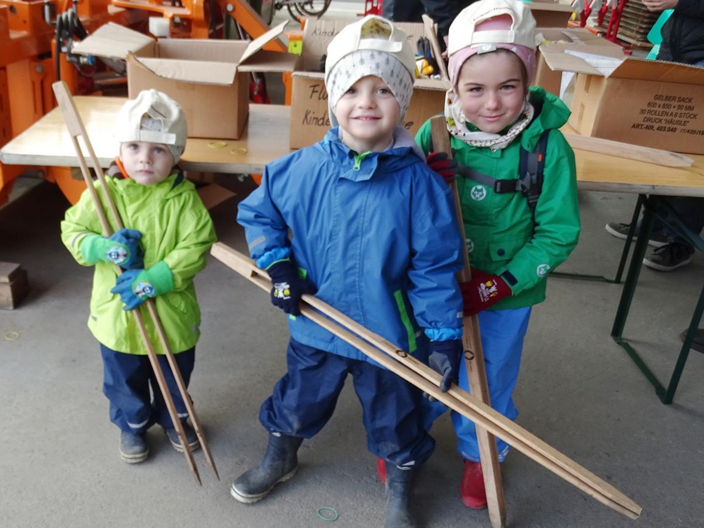Valentin, Samuel und Paula beteiligten sich wie zahlreiche weitere Kinder am Frühjahrsputz.