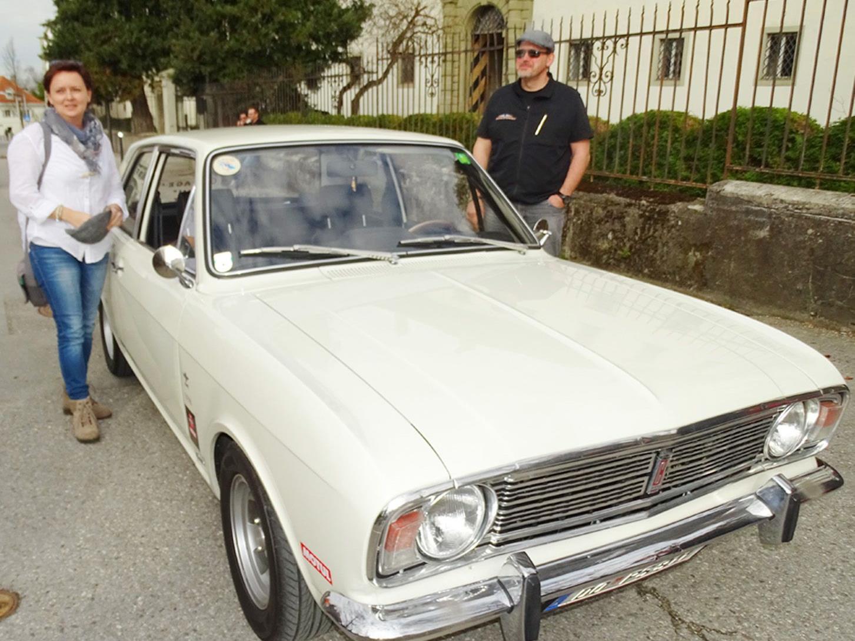 """: Peter und Birgit Sausenger von der Glopper-Garage mit ihrem """"Ford Cortina GT"""" aus dem Jahr 1968."""