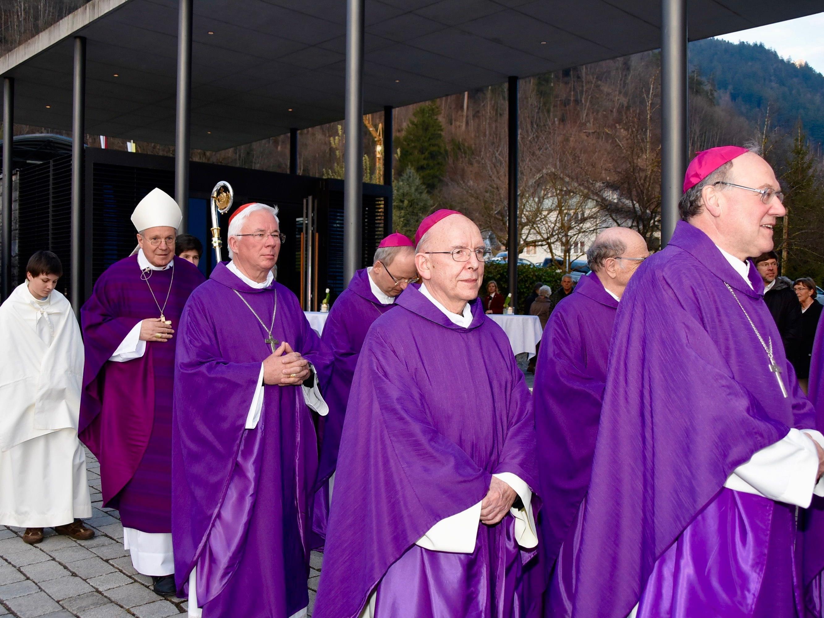 Bischöfe beim Einzug in die Pfarrkirche Nüziders