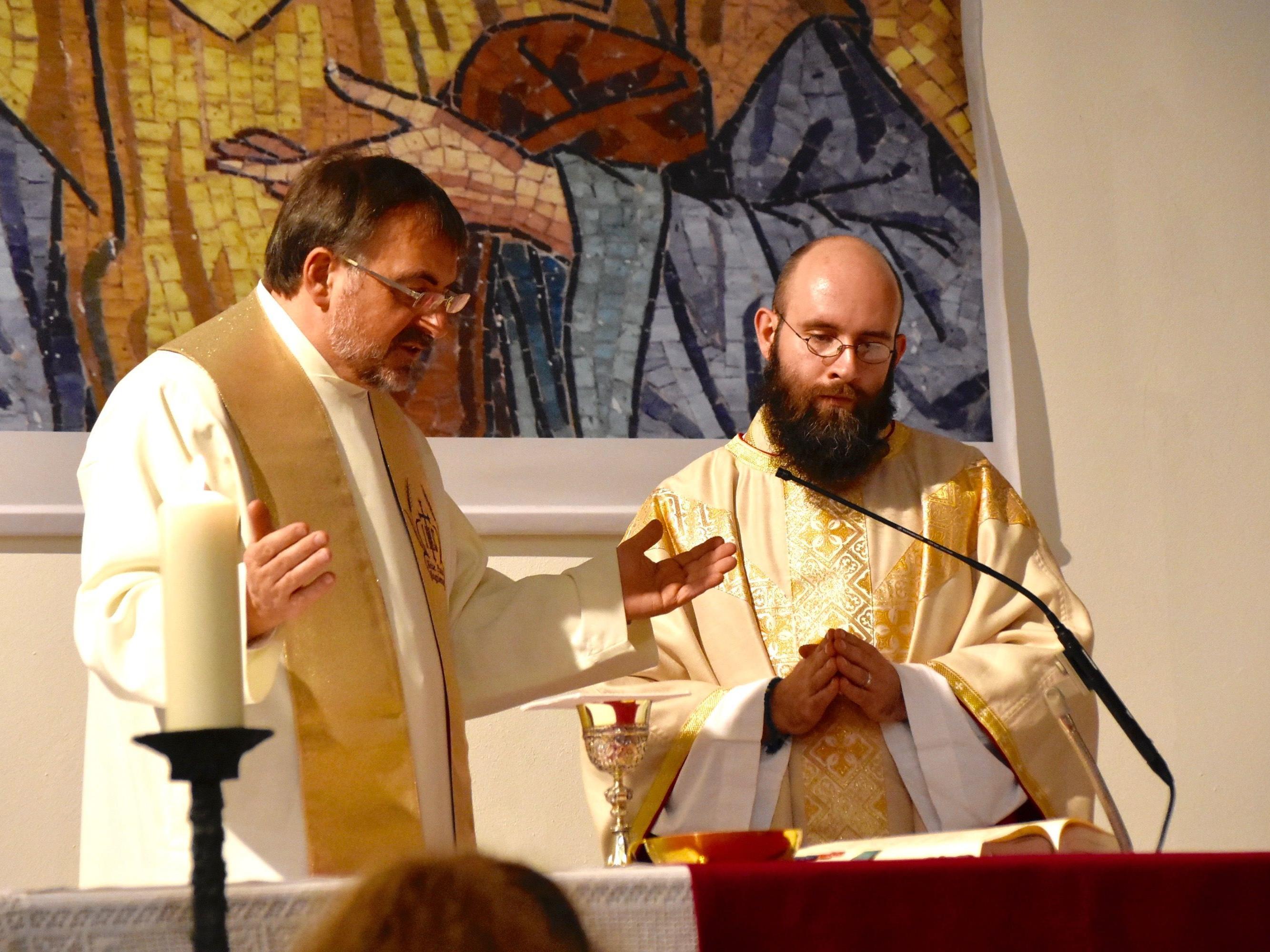 Pfarrer Hans Tinkhauser und Neupriester Dariusz Radziechowski am Altar der Pfarrkirche Gantschier, 18. März 2017