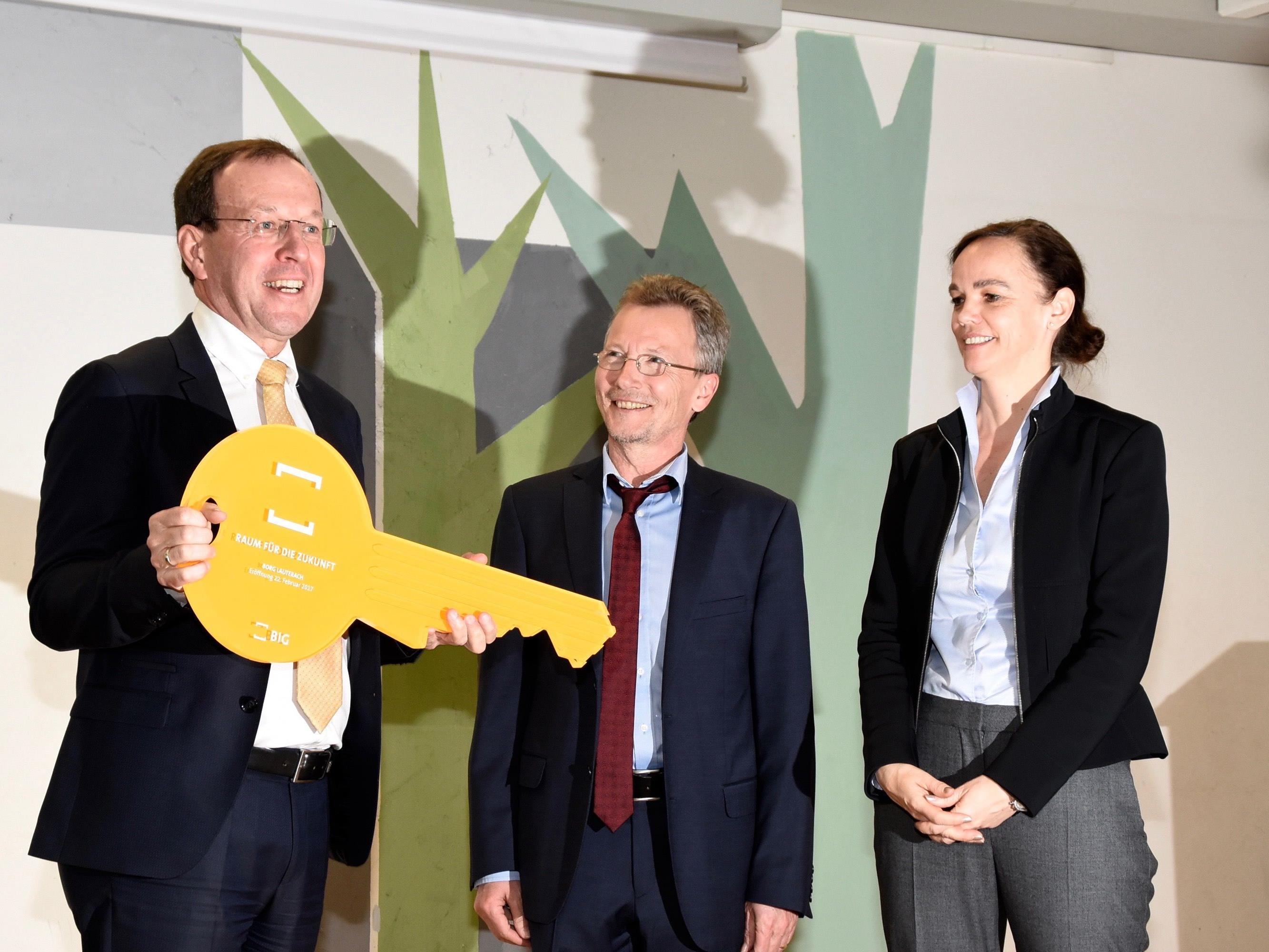 BIG-Geschäftsführer Dipl.-Ing. Wolfgang Gleissner (li.) und Schuldirektor Michael Schelling mit Bundesministerin Dr. Sonja Hammerschmid