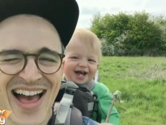 Die drei besten Lachanfälle von Babys.