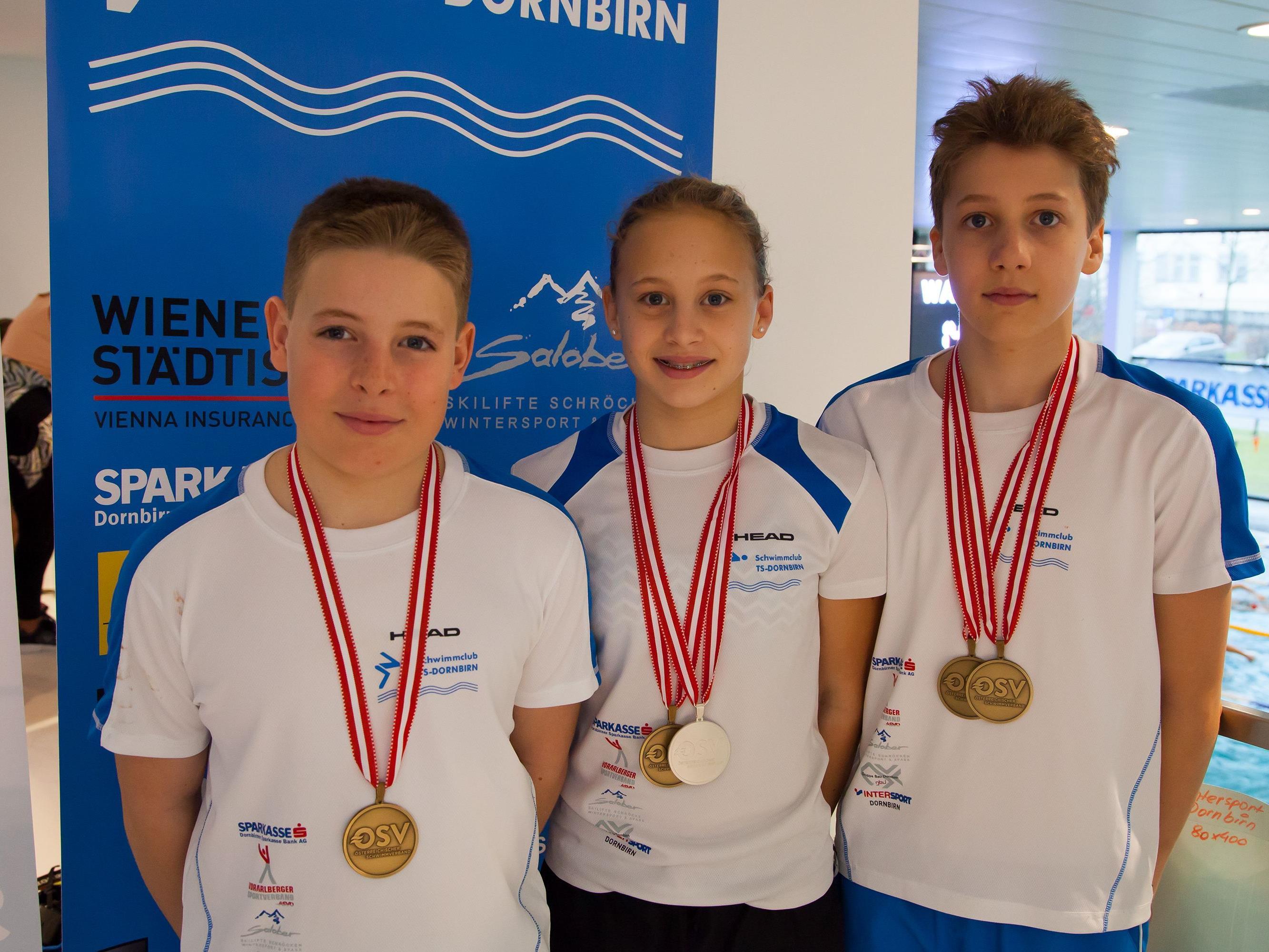 Die stolzen Medaillengewinner Luis Halbeisen, Hanna Röser und Max Halbeisen.