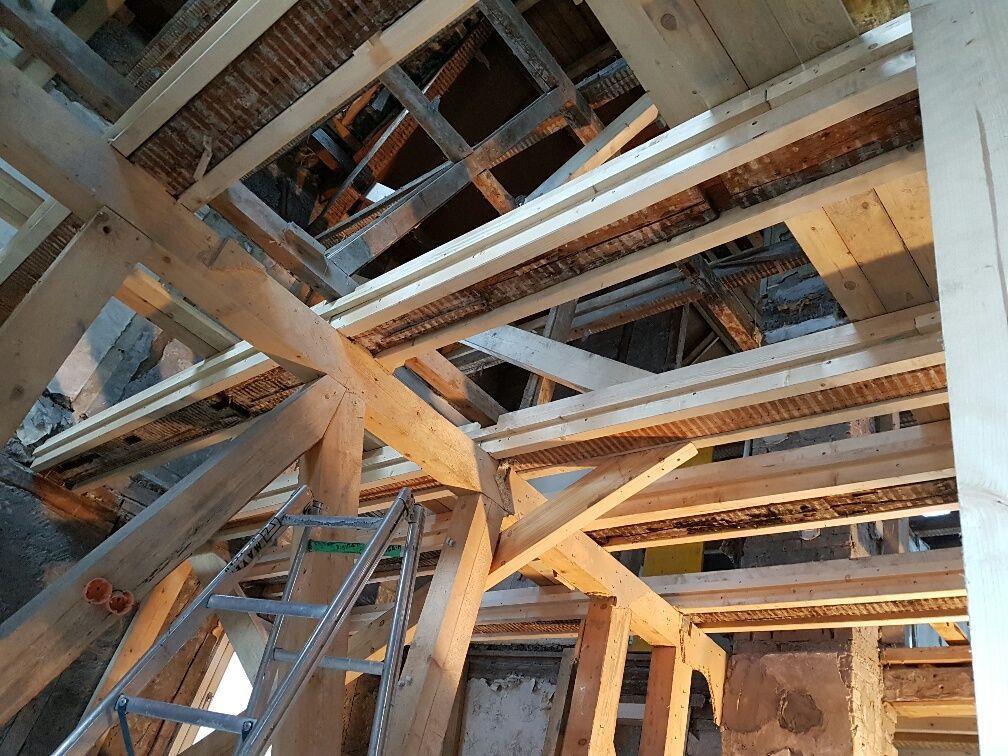 Kunstvoll wird das tragende Gerüst der Gebäude freigelegt, bei Bedarf verstärkt und anschließend bewusst in die Innenarchitektur integriert.