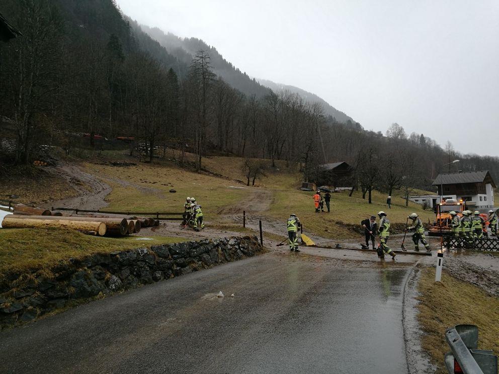 Wegen anhaltender Starkregenfälle kam es am Donnerstag in mehreren Vorarlberger gemeinden zu Murenabgängen und Straßensperrungen.