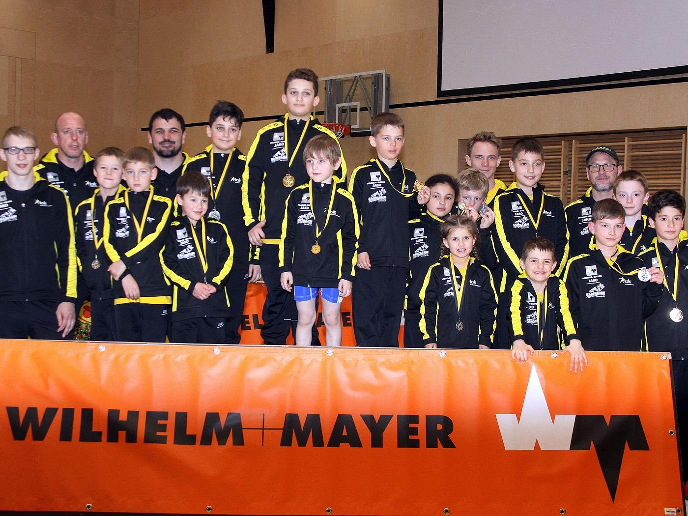 Die stolzen Nachwuchsringer des KSK Klaus mit Ihren Trainern
