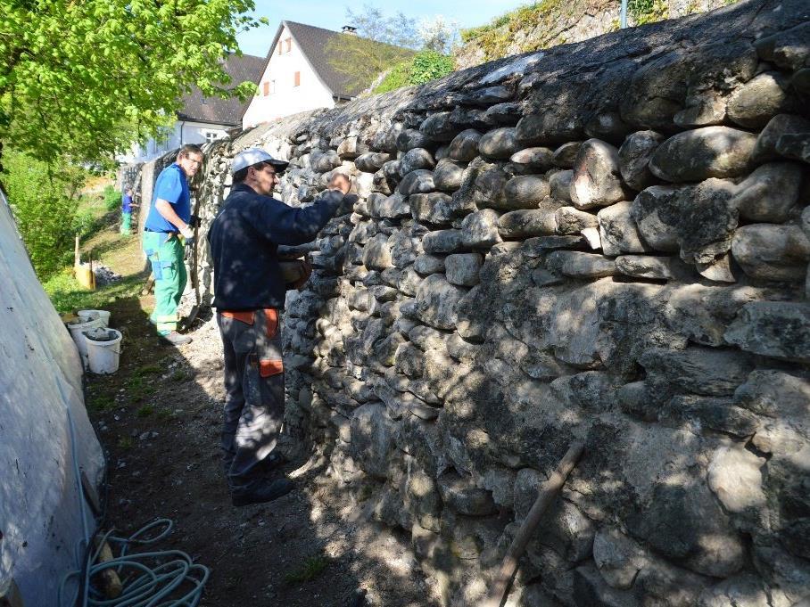 Arbeiten an der Natursteinmauer oberhalb des St. Michael-Gartens