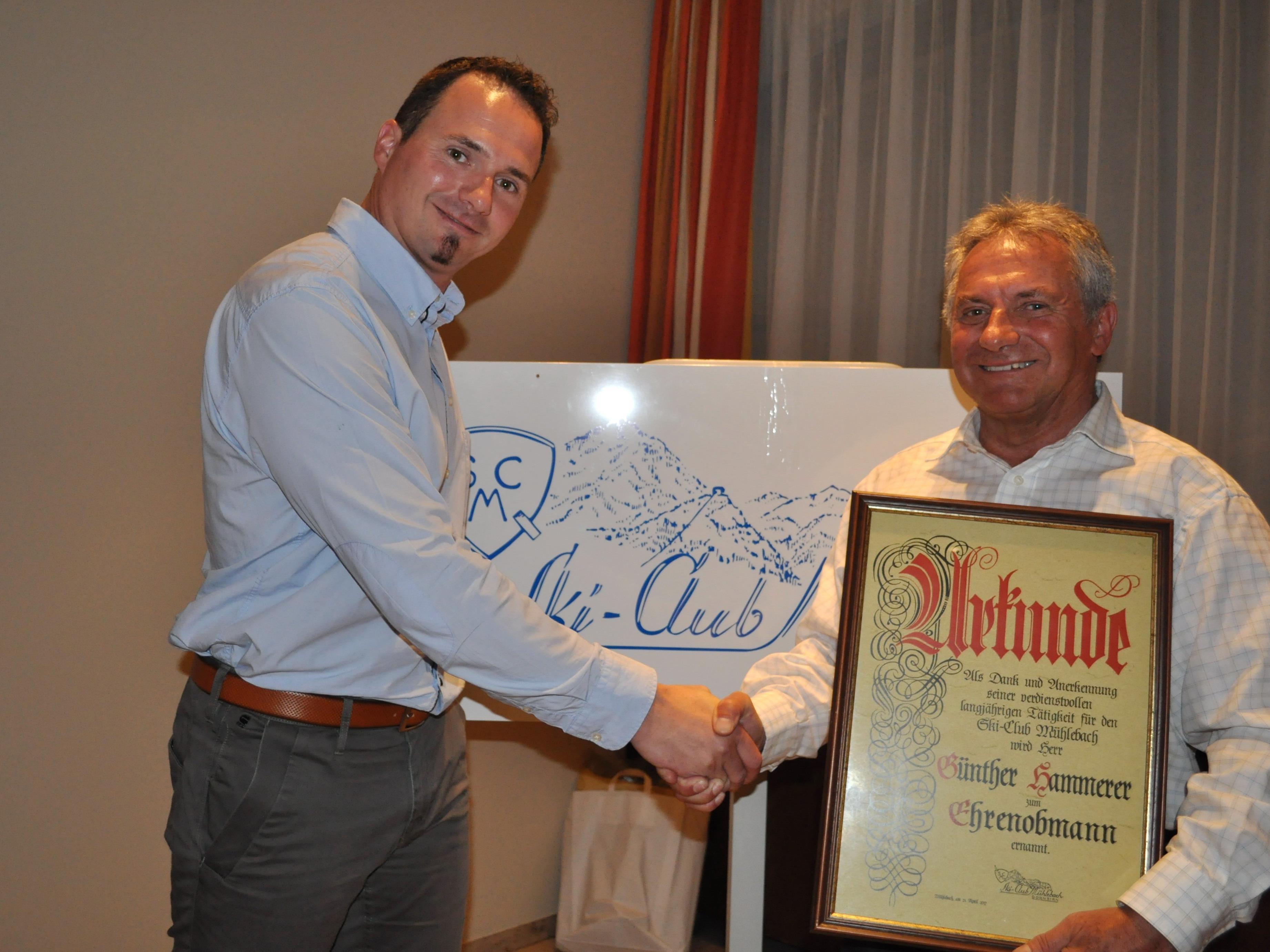 Der neue Obmann Andreas Hammerer übergab seinem Vater Günther die Urkunde als Ehrenobmann.