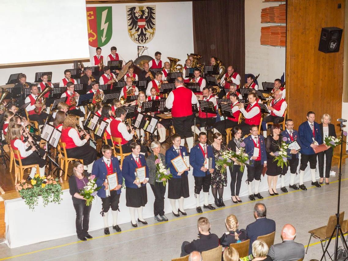 Ein tolles Konzert der HMV mit eingängigen Melodien und vielen verdienten Vereinsmitgliedern fand am Ostersonntag in Vandans statt.