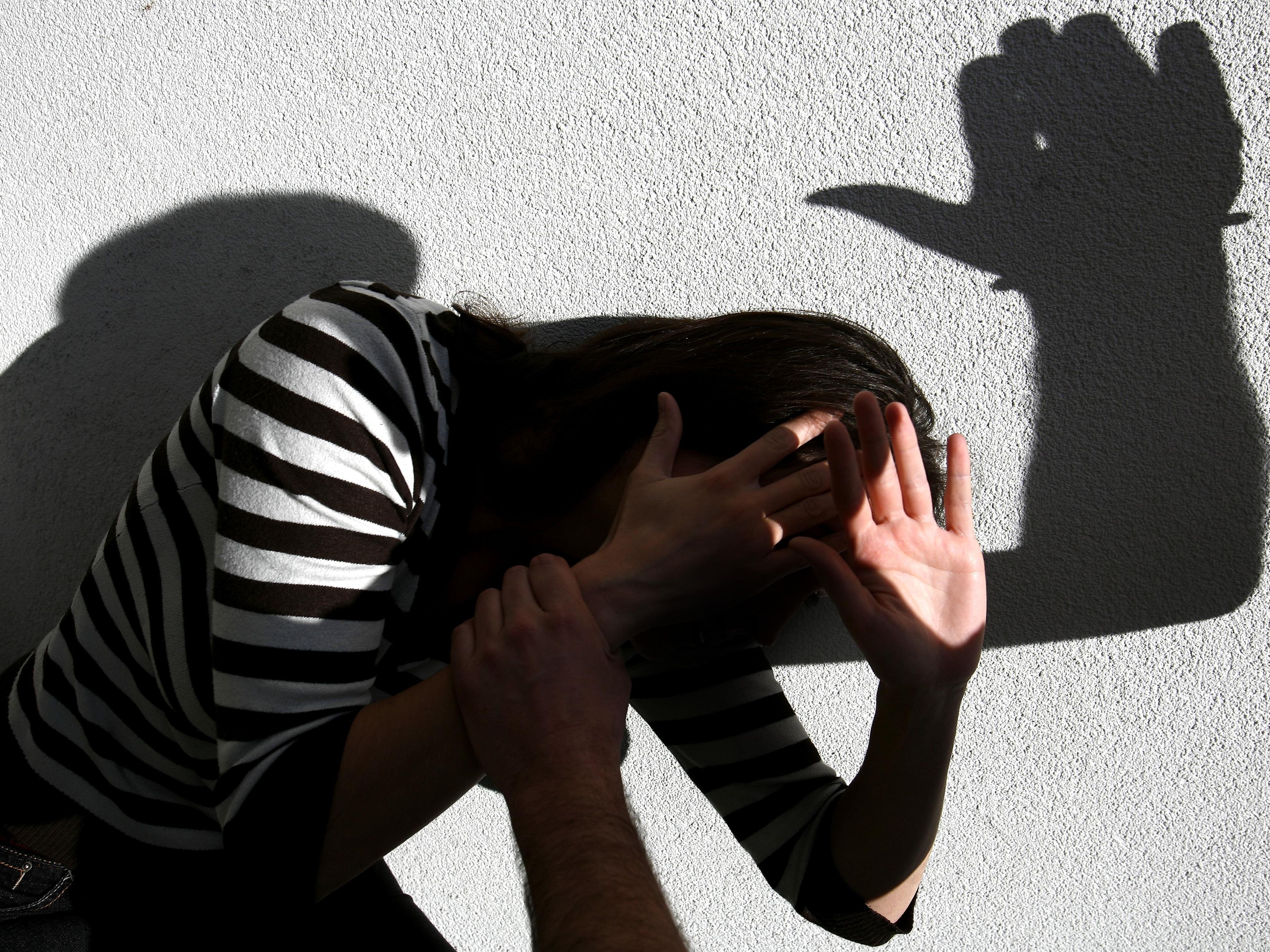 Der junge Mann prügelte auf seine Freundin und die Wiener Polizei ein.