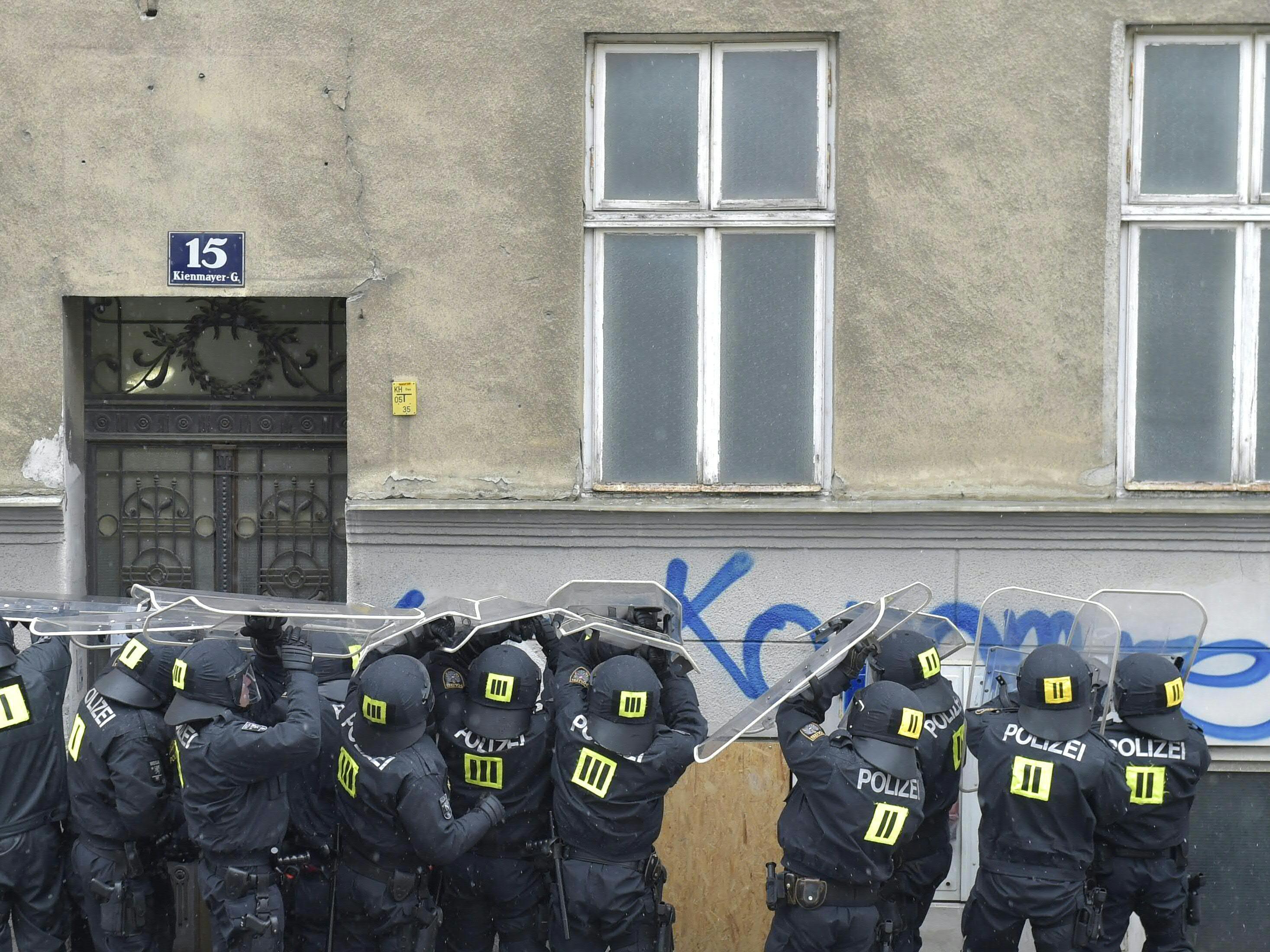 150 Polizeibeamte waren bei der Räumung des besetzten Hauses in Wien-Penzing im Einsatz.