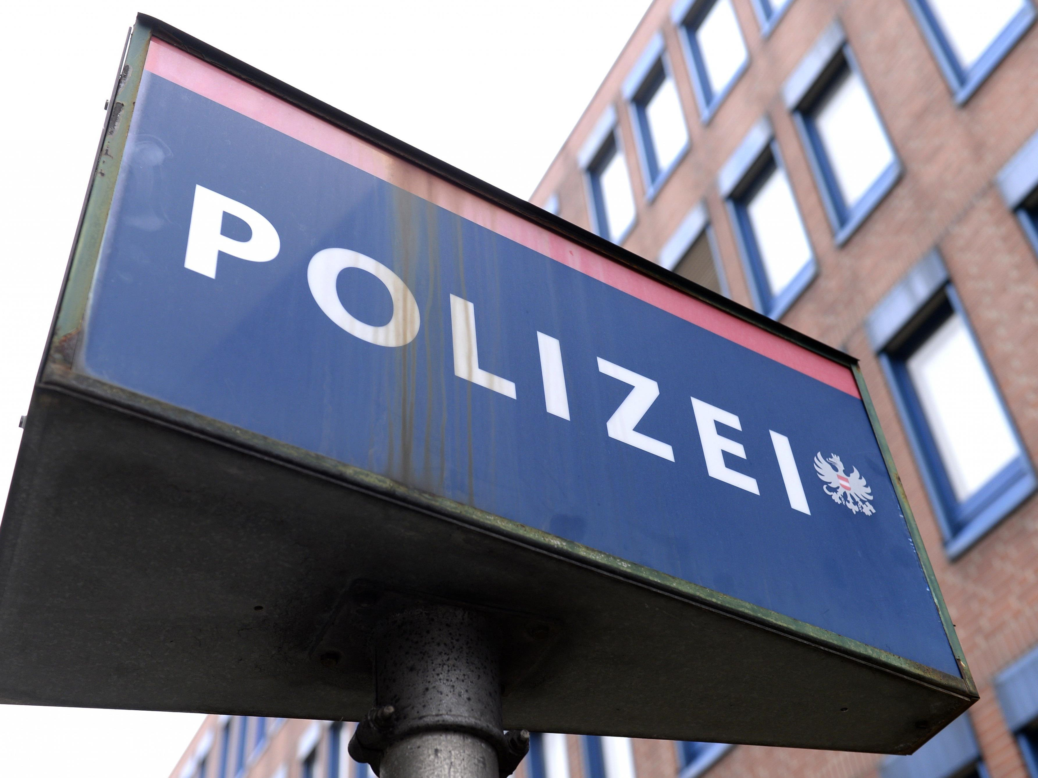 Bei der Befragung attackierte der 19-Jährige die Polizeibeamten.