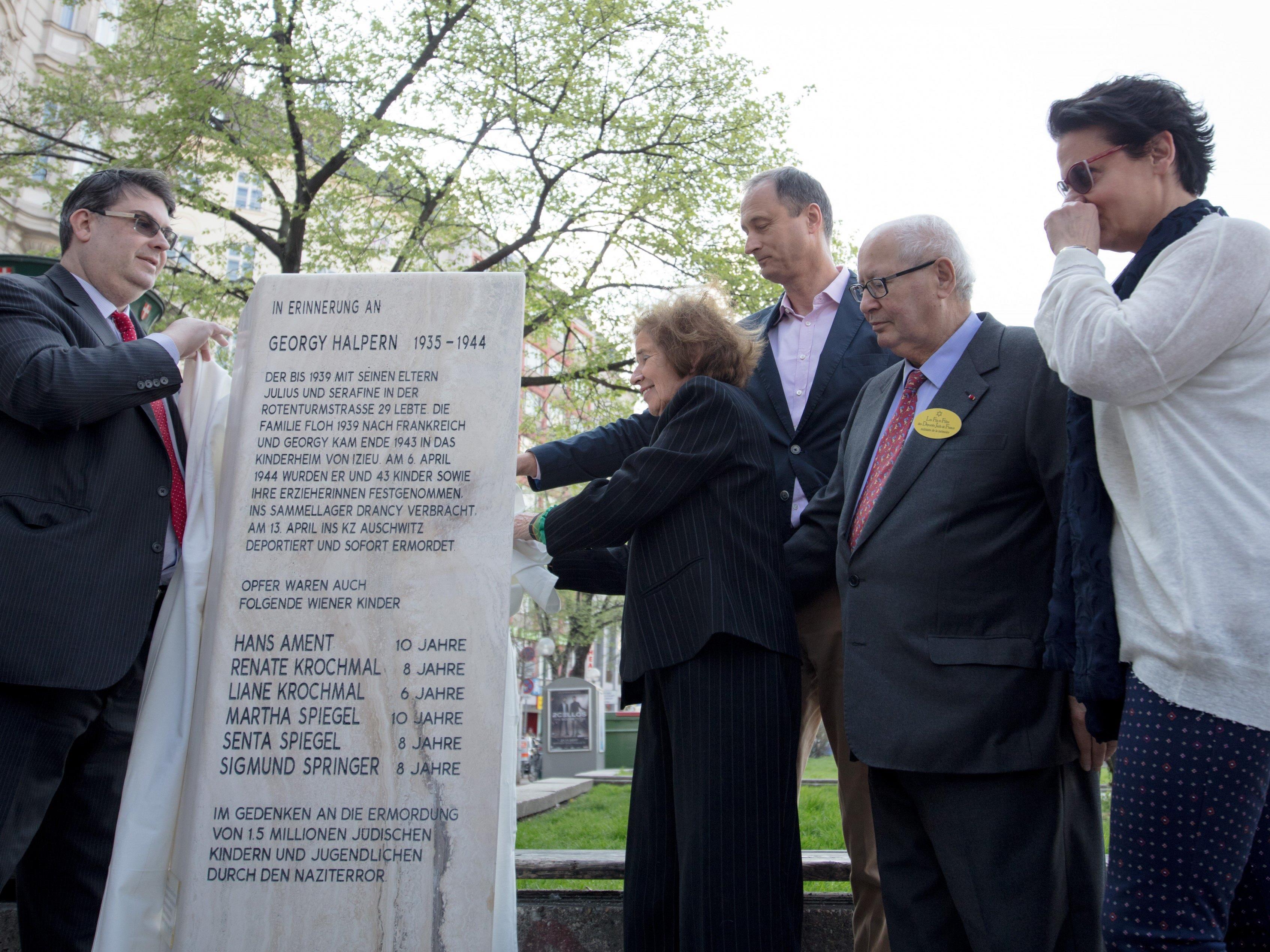 Bei der Enthüllung des Gedenksteins am Wiener Schwedenplatz.