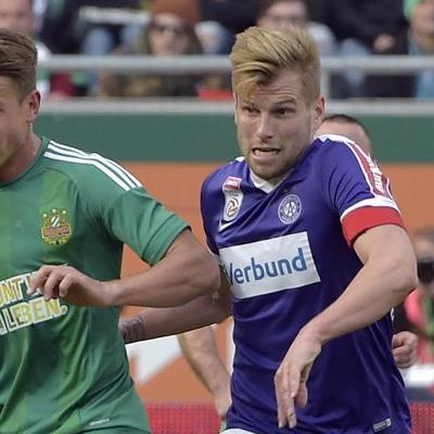 Austria-Kapitän Alexander Grünwald (r.) freut sich über den zweiten Sieg in Rapids Allianz-Stadion.