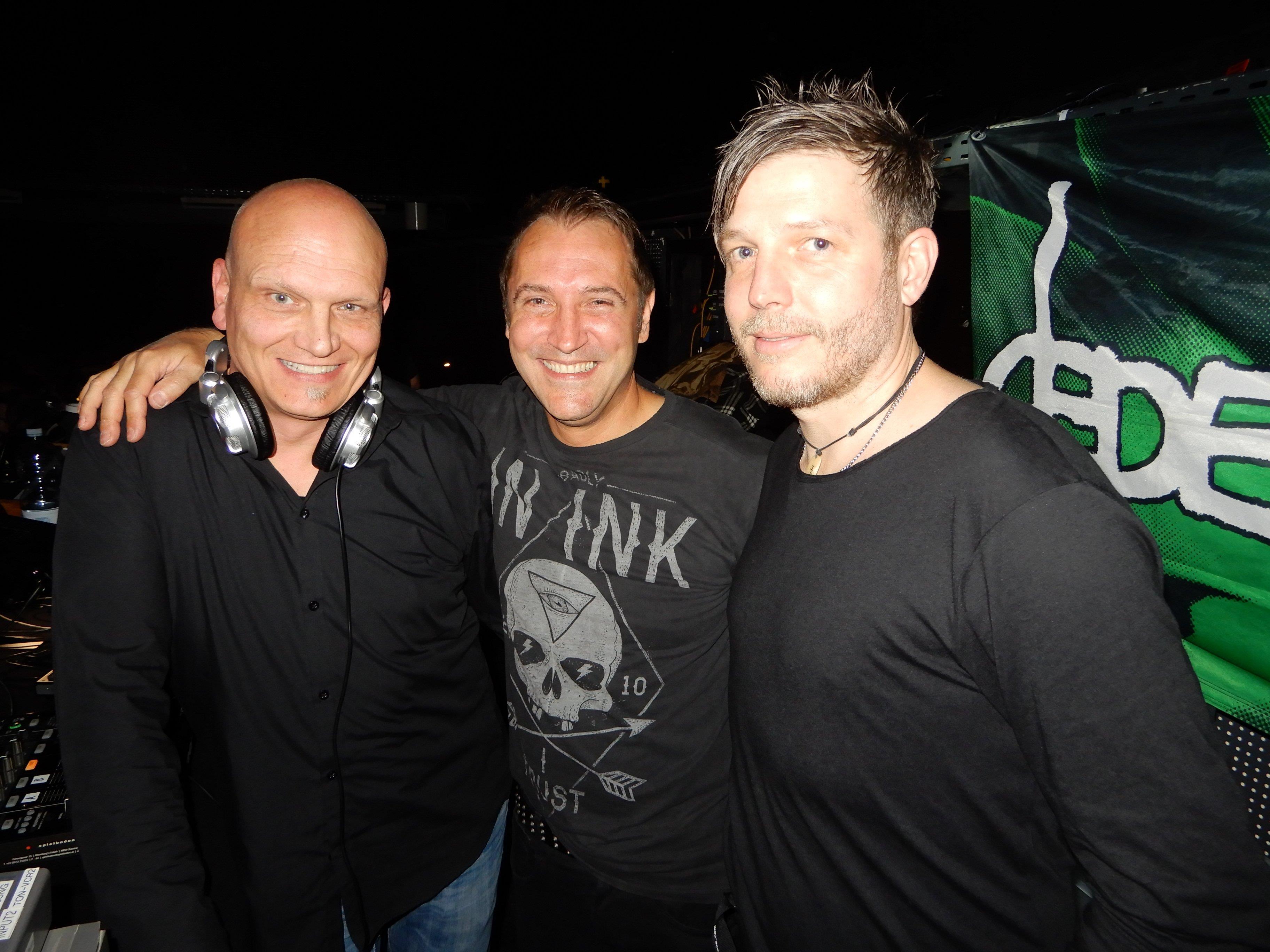 DJ Mc Mode, Alex Micheluzzi und Thomas Mutschlechner vom pop & wave-Team genossen mit ihren Gästen wieder eine legendäre Partynacht.