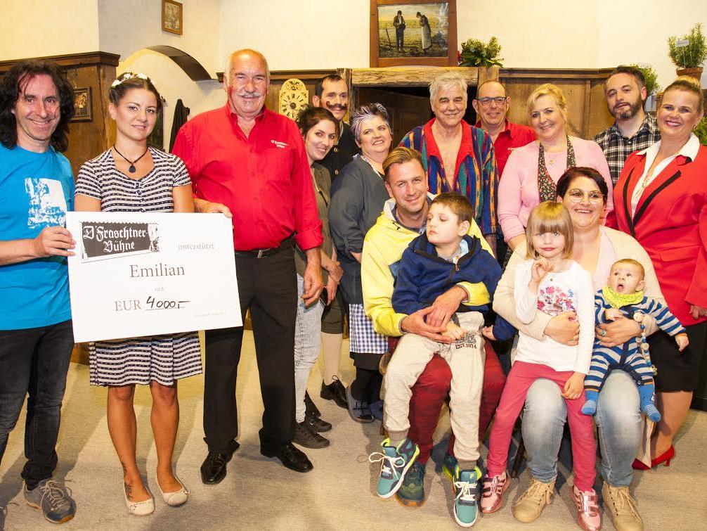 Die Mitglieder der Fraschtner Bühne überreichten Joe Fritsche (links) den Scheck für die Familie von Emilian.