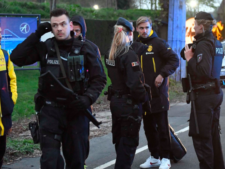 Die Spieler stehen unter Polizeischutz.