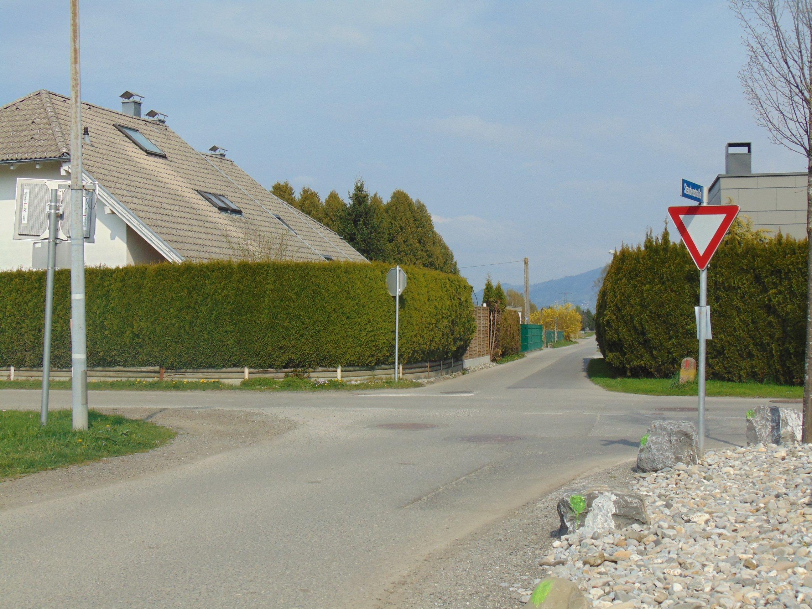 """Die Zufahrt zum Betriebsgebiet der Staudenstraße soll künftig nur noch über die """"Große Wies"""" erfolgen"""