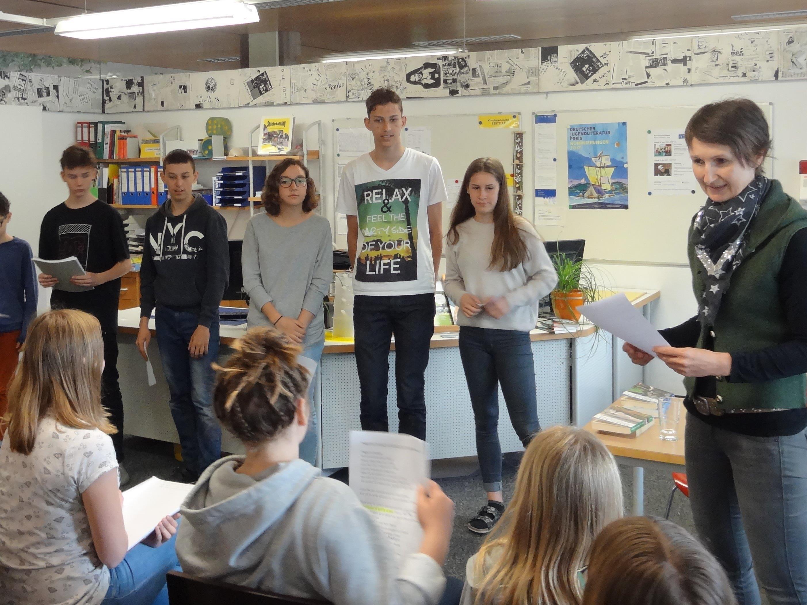 Autorin Daniela Alga mit Schülerinnen und Schülern der NMS Sulz-Röthis.